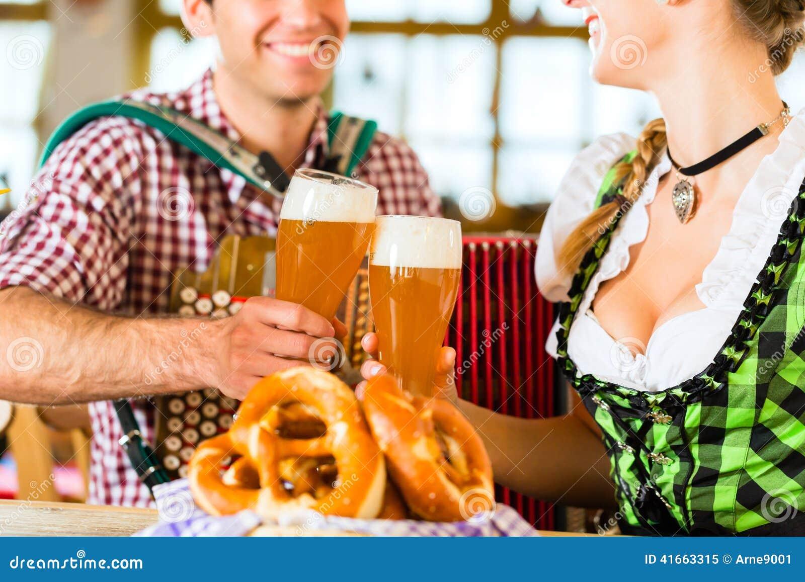 Баварский ресторан с пивом и кренделями