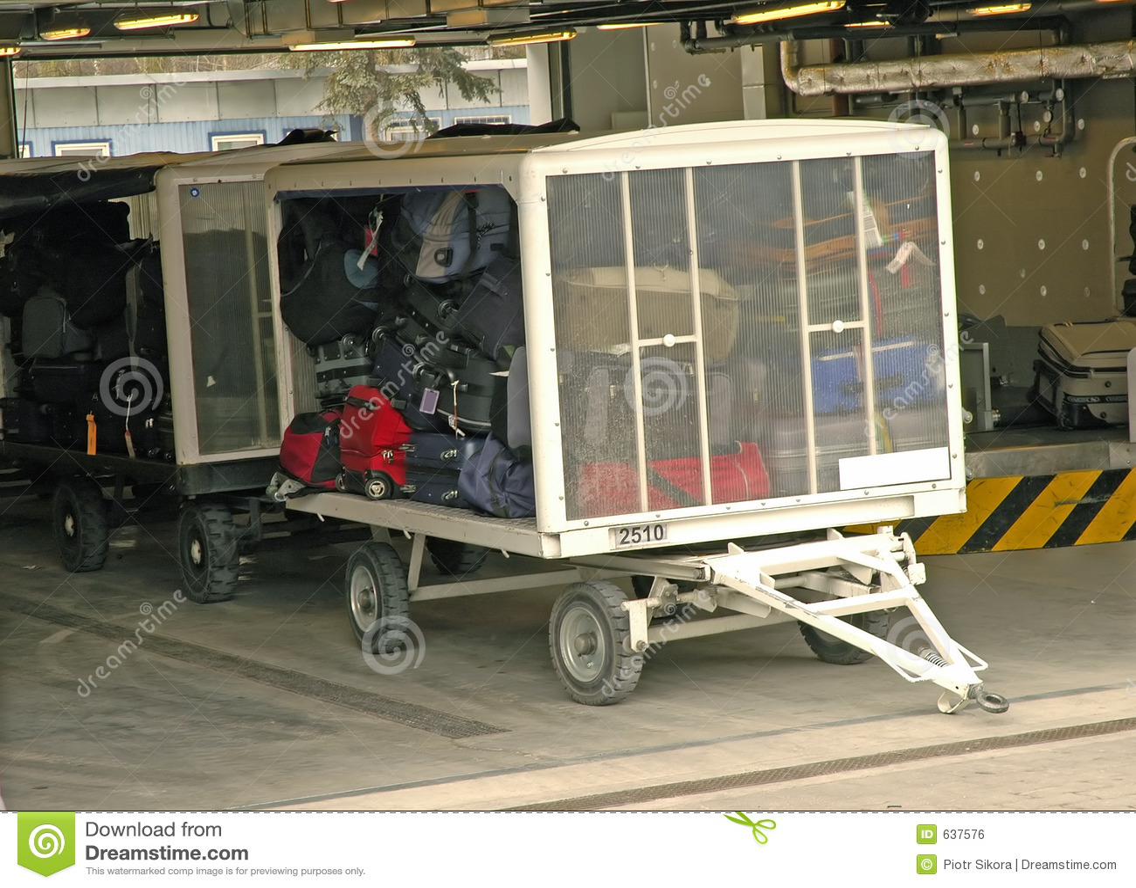 Download багаж готовый для того чтобы транспортировать вагонетку Стоковое Фото - изображение насчитывающей чемодан, авиапорты: 637576