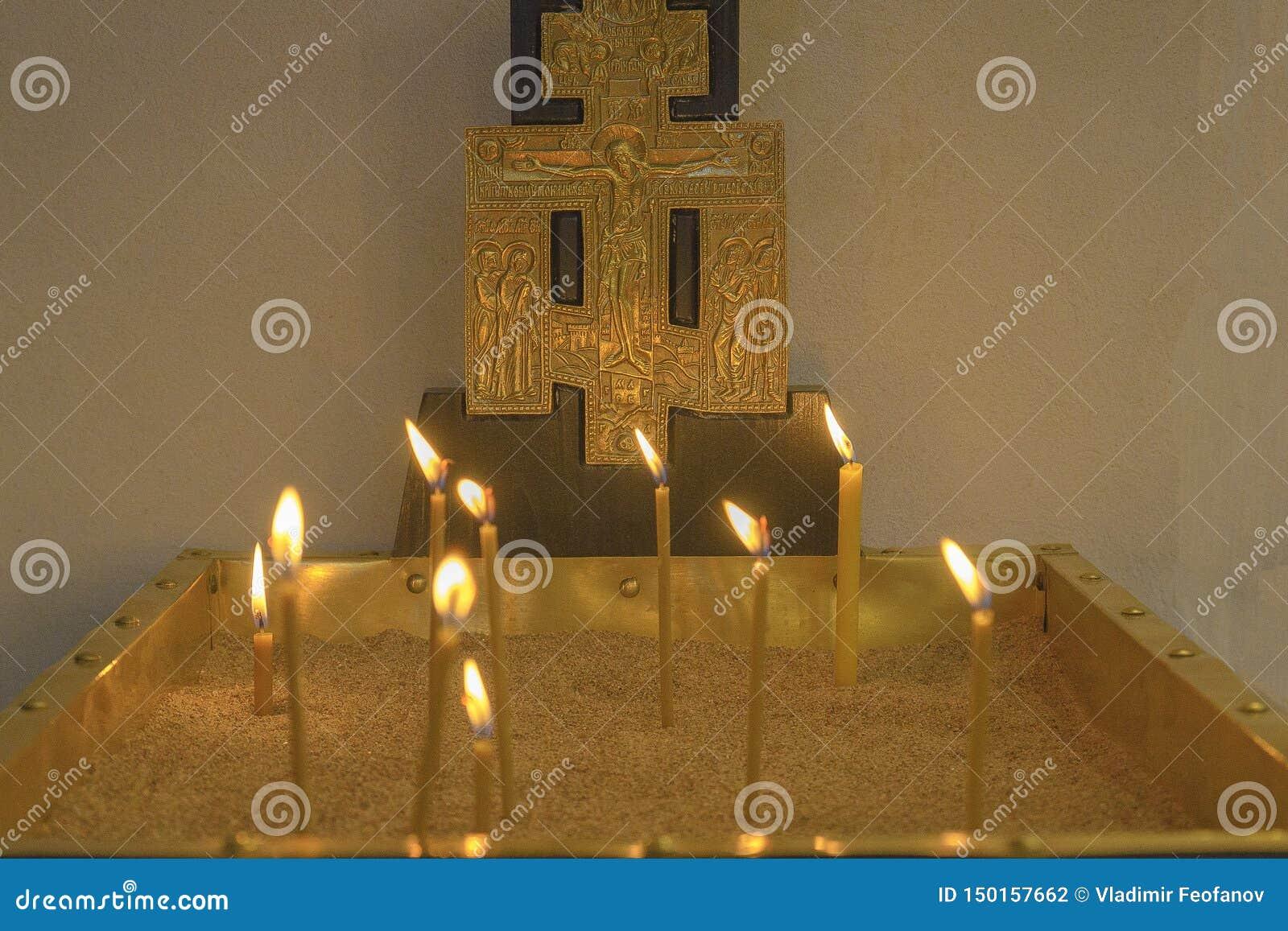 Базилика рождества Горя свечи в церков на главном алтаре