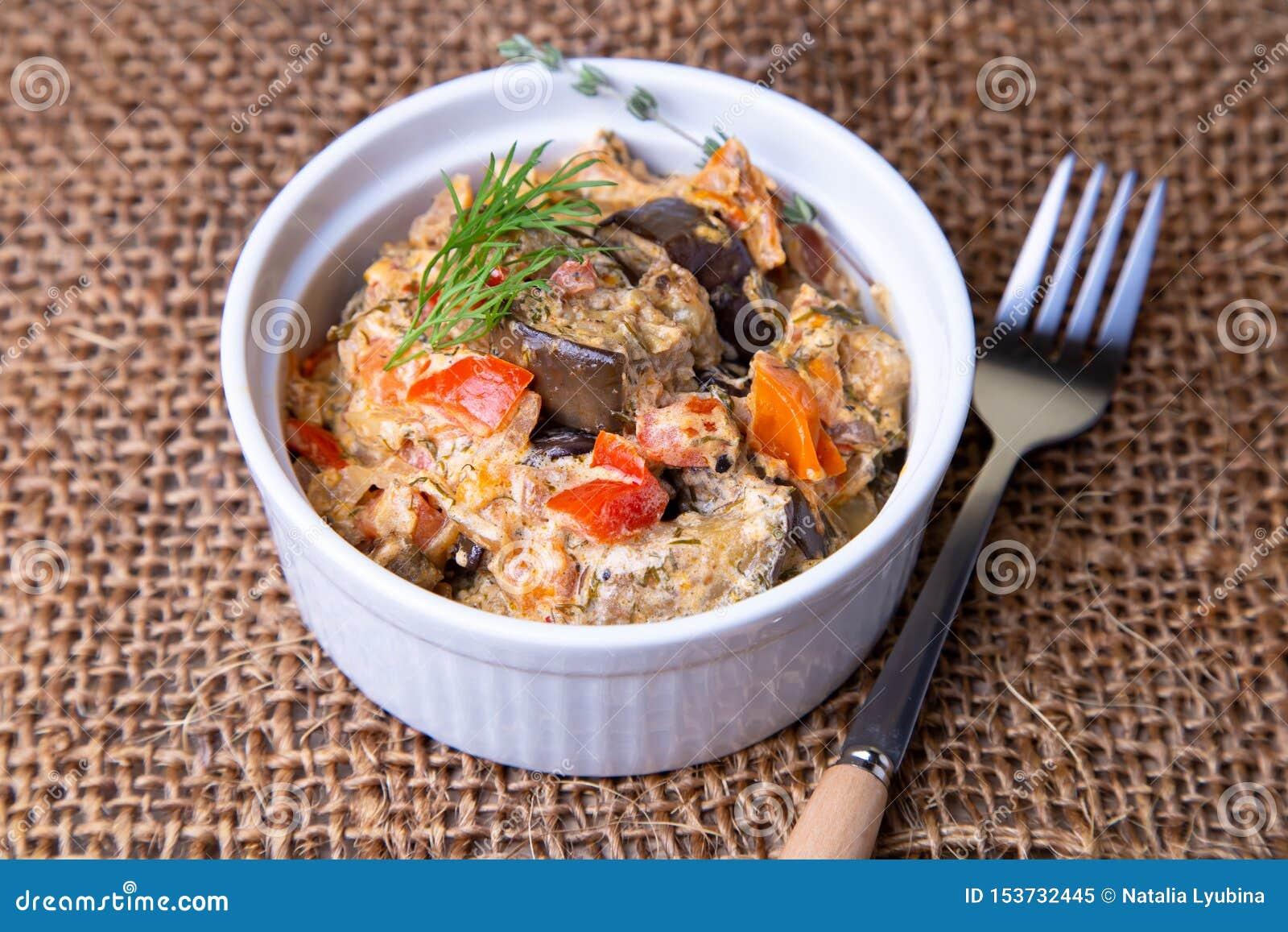 Баклажаны с томатами, болгарским красным сладким перцем, луком, укропом и сметаной