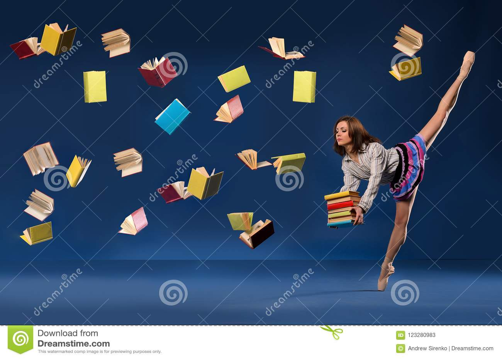 Балерина в форме школьницы с кучей записывает