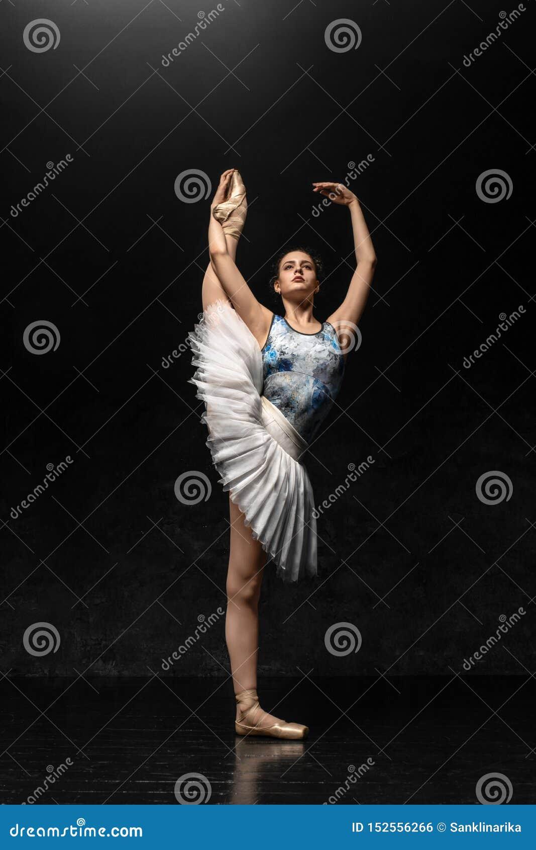 Балерина демонстрирует навыки танца Красивый классический балет
