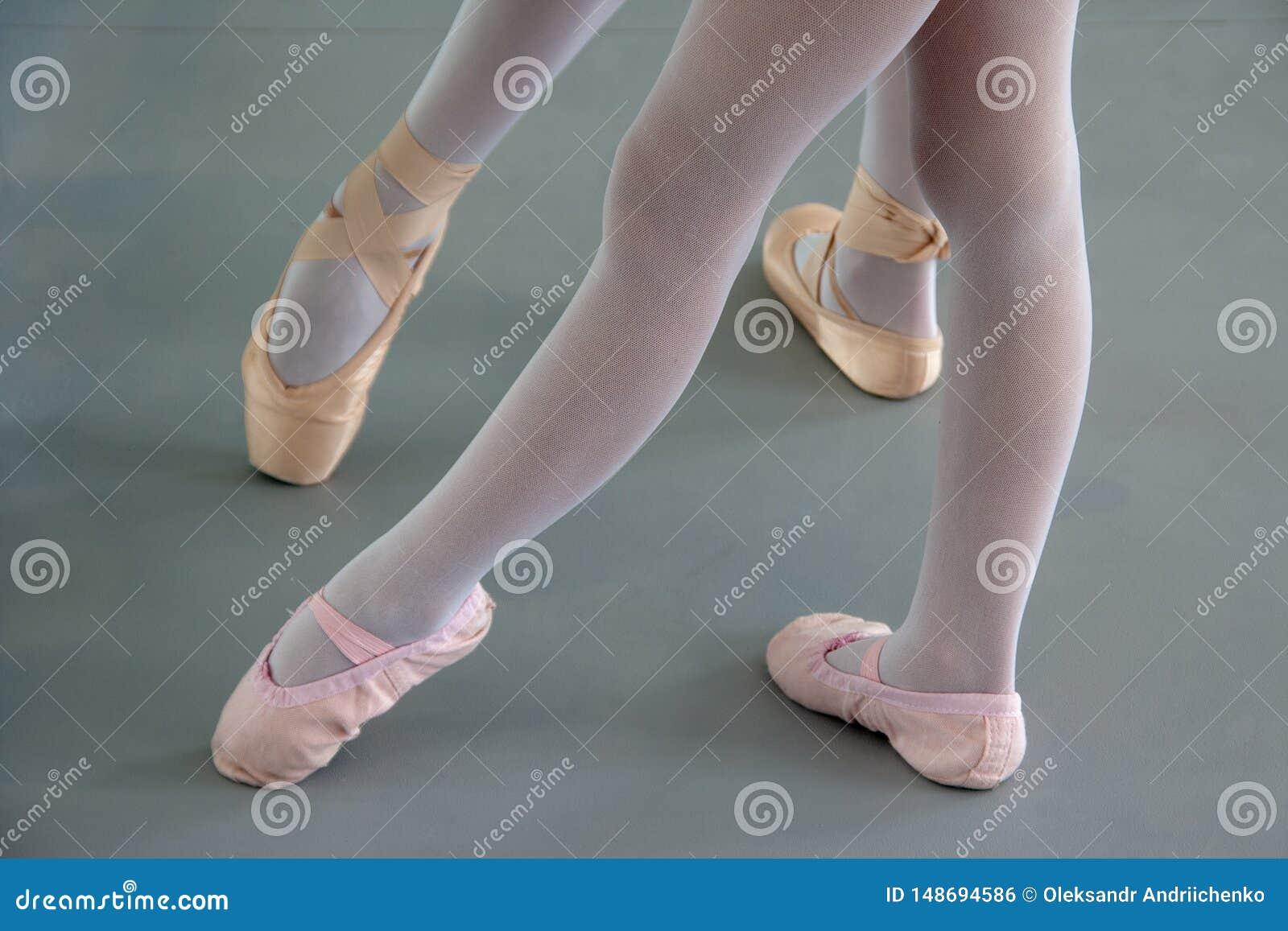 2 балерины в ботинках балета