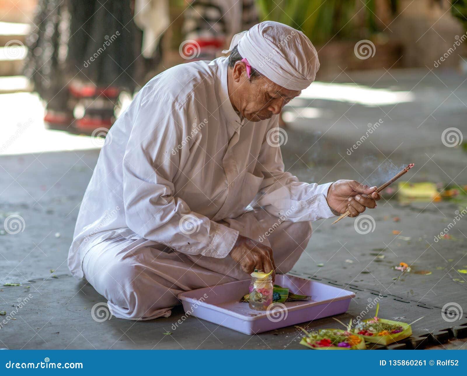 Балийская традиционная предлагая церемония