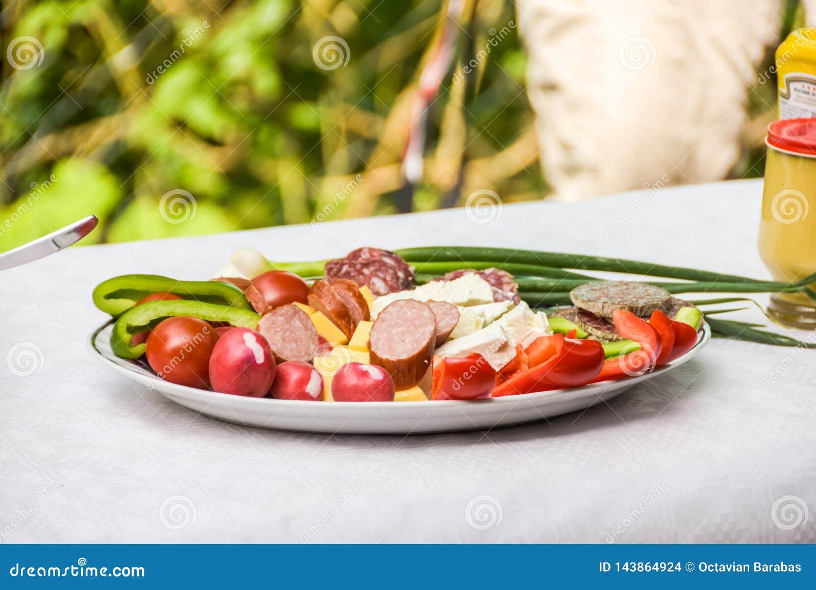 Балканская плита закуски стиля с сосиской и сыром