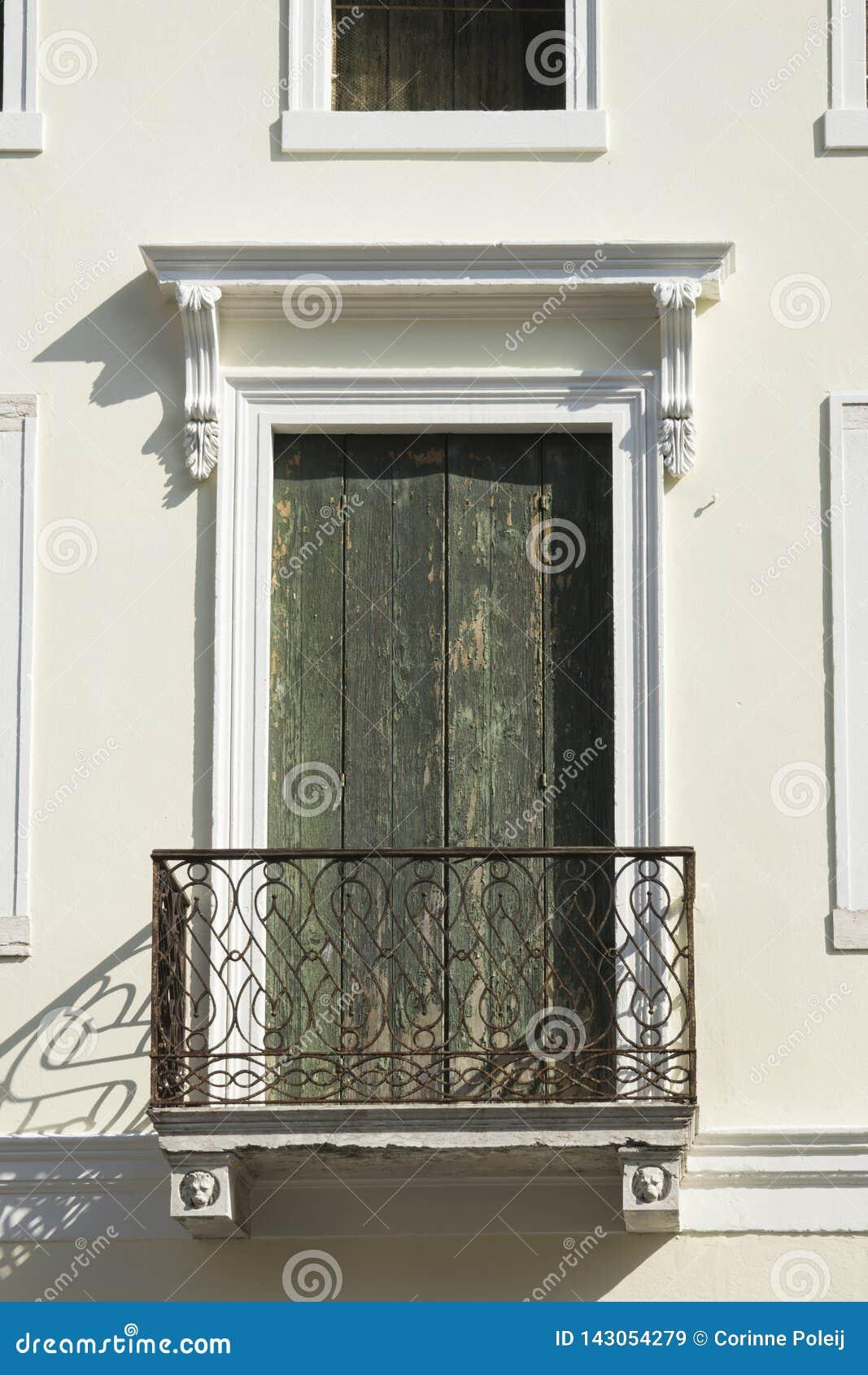 Балкон с зеленым деревянным shutterr в Cittadella, Италии