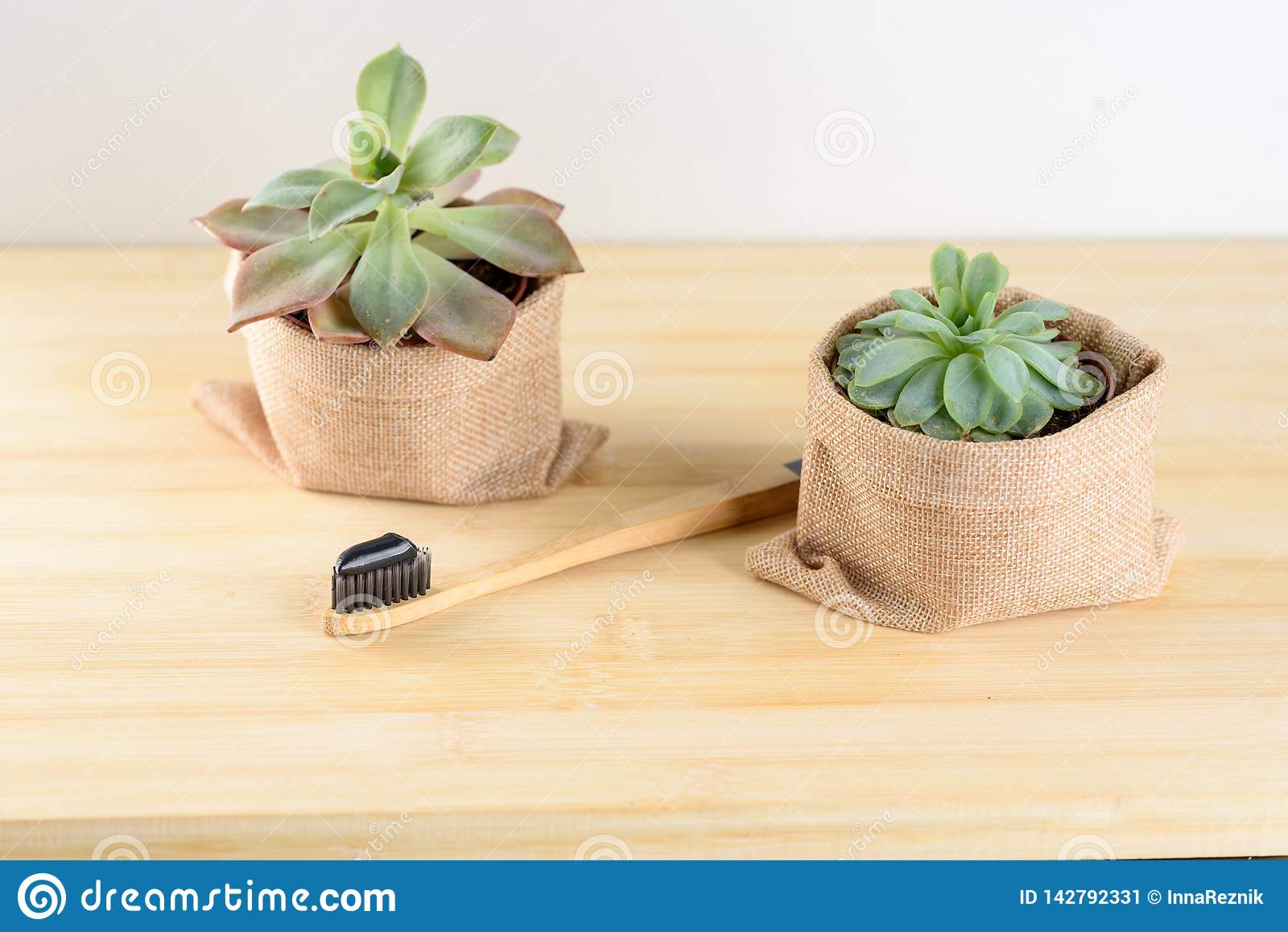 Бамбуковая зубная щетка с зубной пастой угля