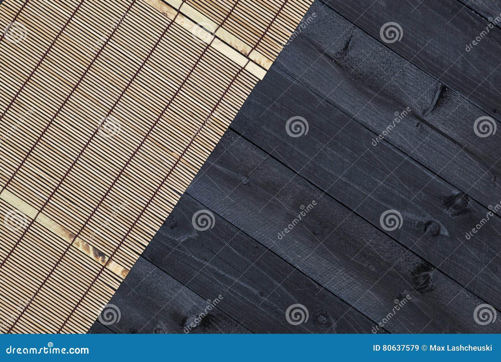 Бамбуковая циновка на деревянном столе, взгляд сверху