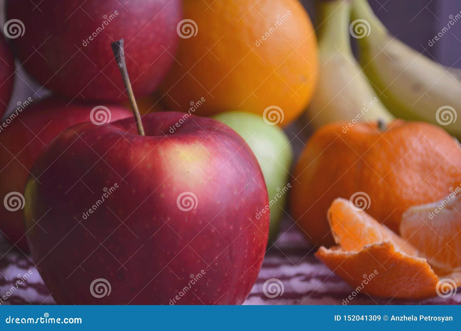 Бананы, яблоки, лимон, оранжевый на таблице