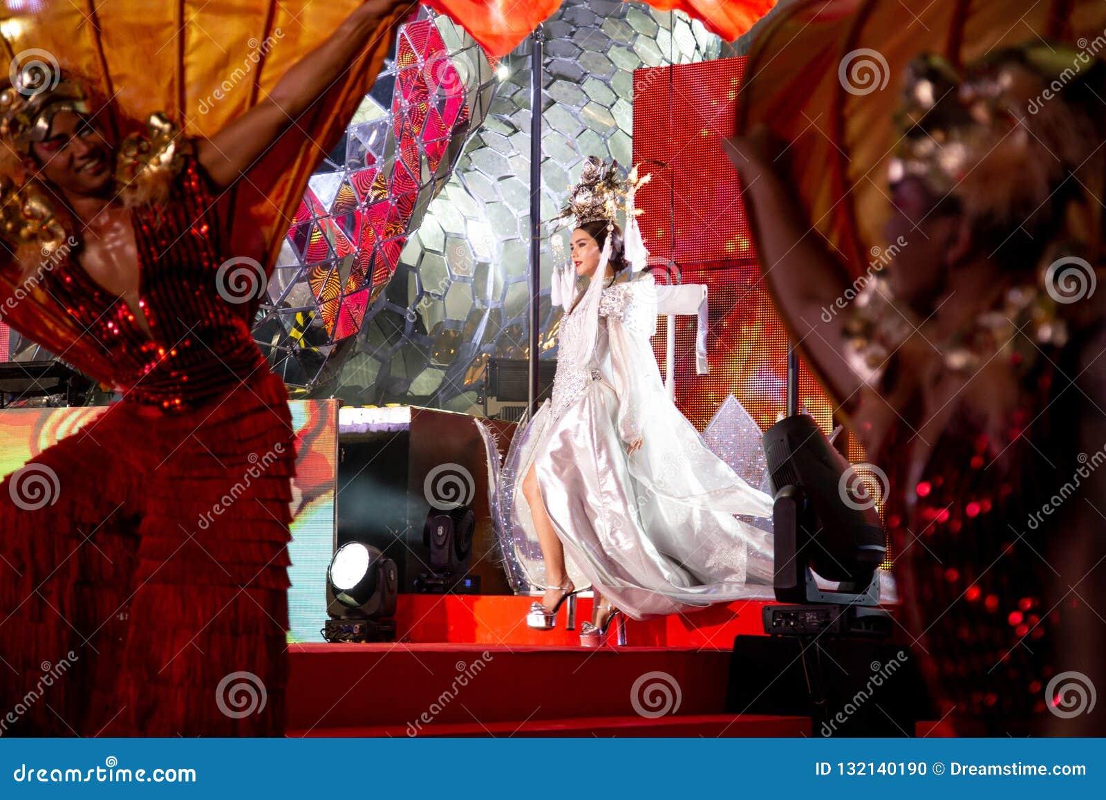 БАНГКОК, ТАИЛАНД - ФЕВРАЛЬ 2018: Китайское шоу торжества Нового Года на торговом центре EmQuartier и Emporium