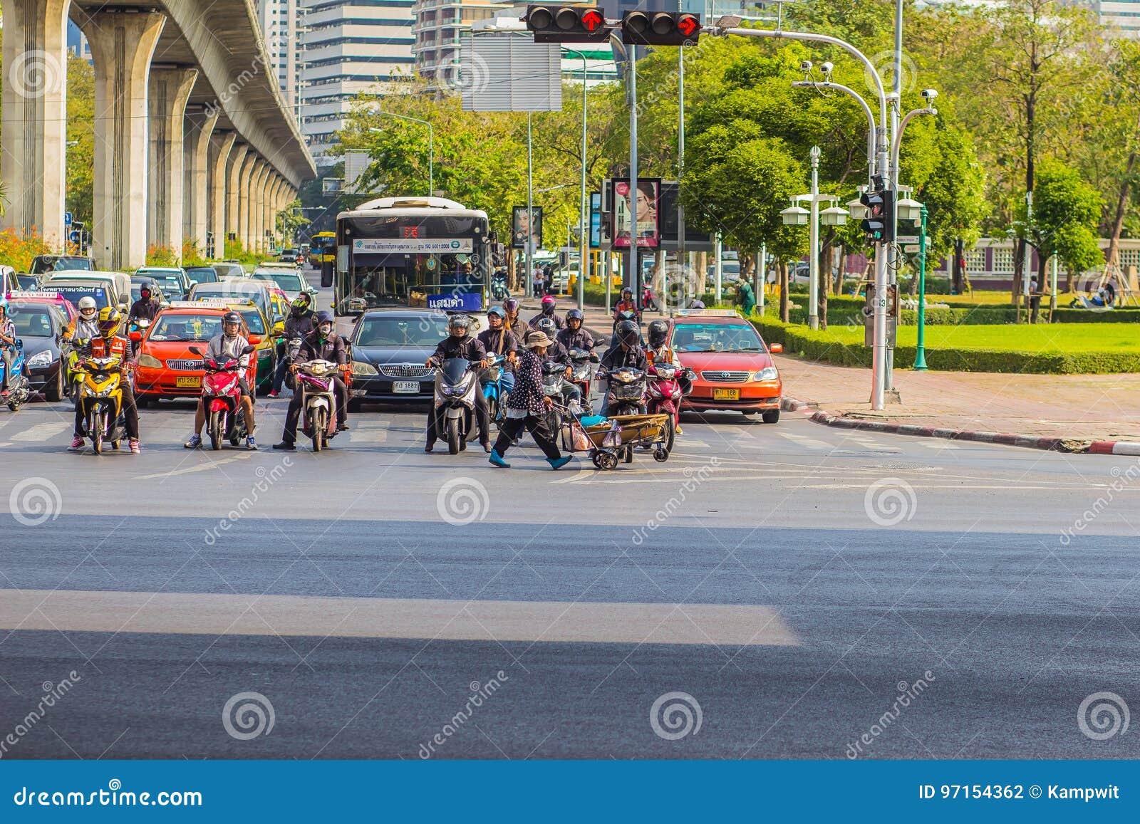 Бангкок, Таиланд - 21-ое февраля 2017: Тяжело затор движения на Th