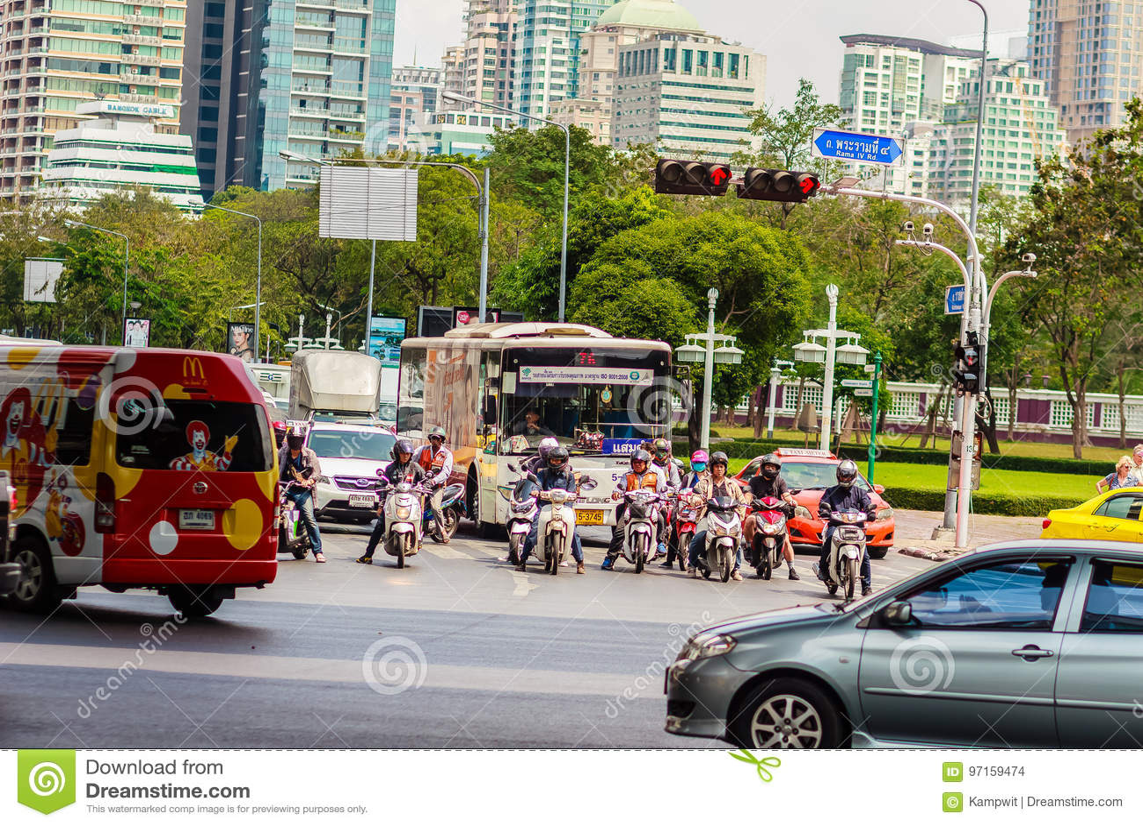 Бангкок, Таиланд - 22-ое февраля 2017: Тяжело затор движения на Th
