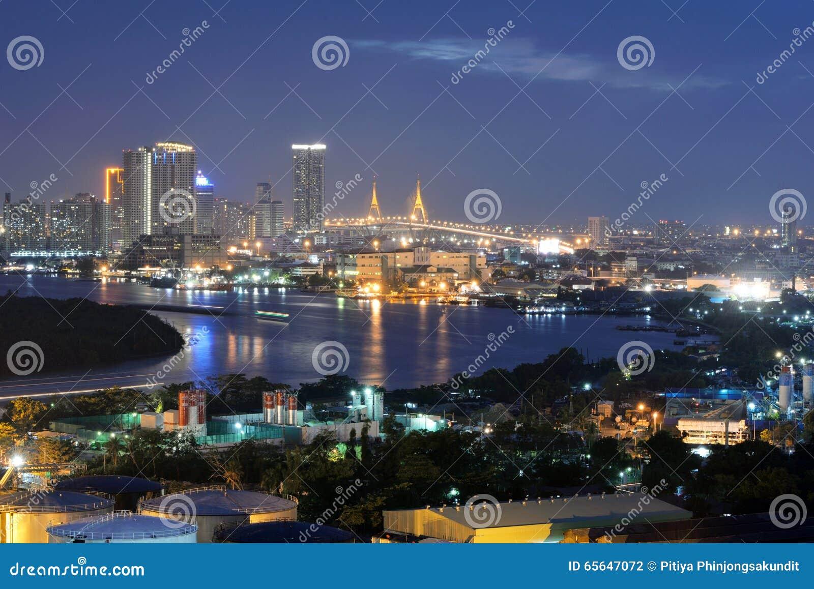 Бангкок, Таиланд - 16-ое января 2016: Горизонт Бангкока с городом