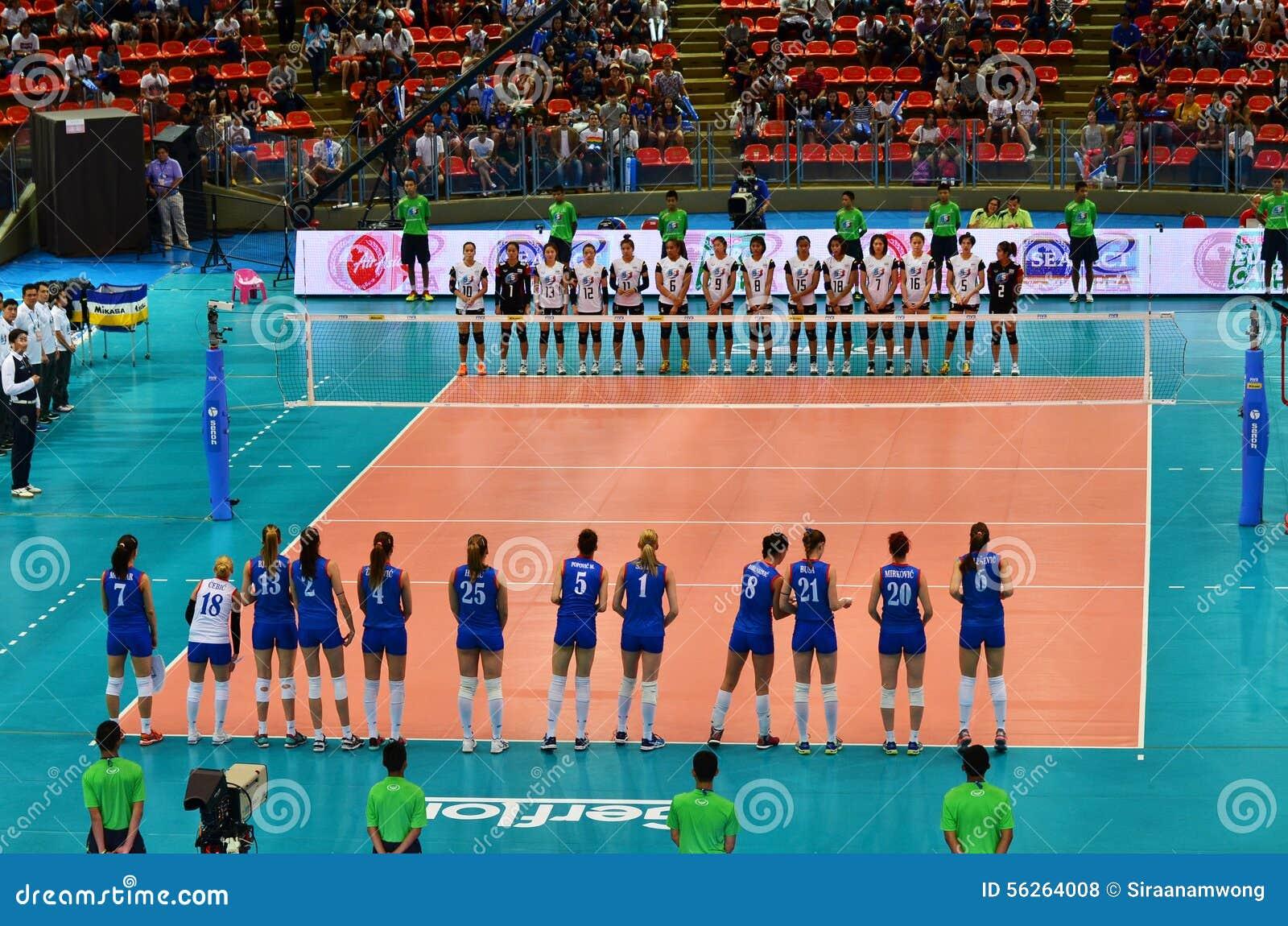 Бангкок, Таиланд - 3-ье июля 2015: Команда женщин волейбола Таиланда и Сербии