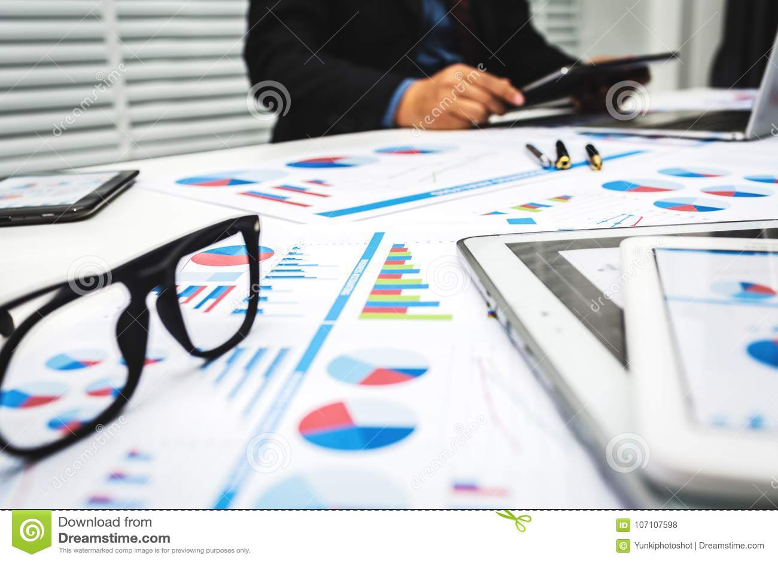 Банкиры анализируют финансовые данные