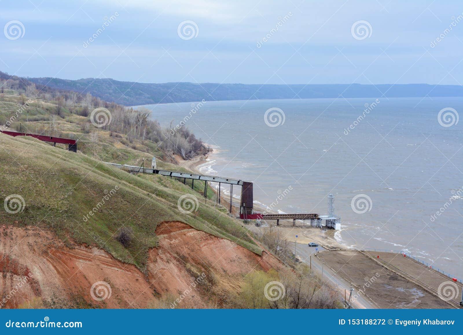 Банки каменистых, камешка и глины Рекы Волга Наклон горы различных каменных утесов Пасмурный день весны с дождем r