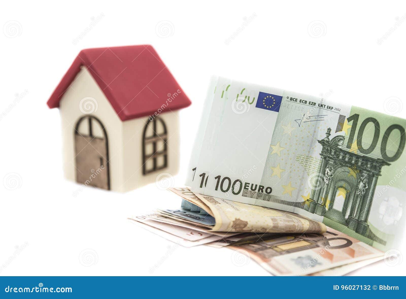 Банкноты евро и малый деревянный дом