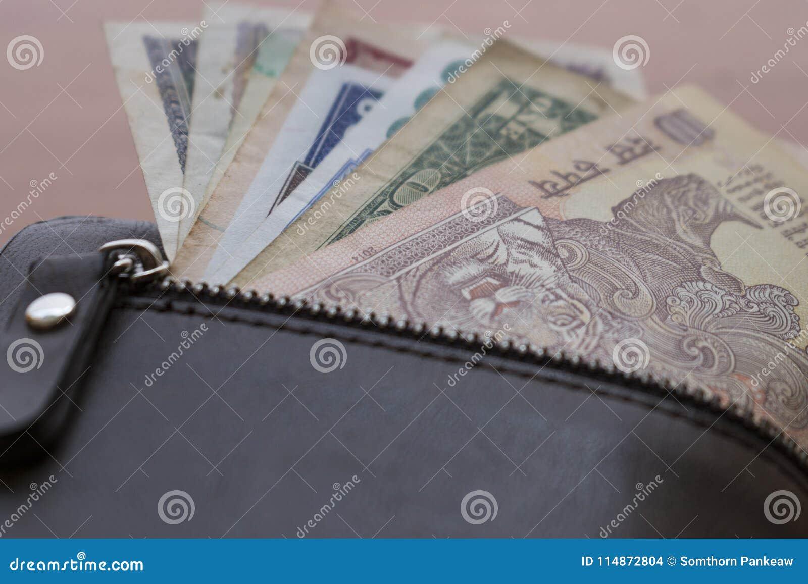 Банкноты положили в бумажник