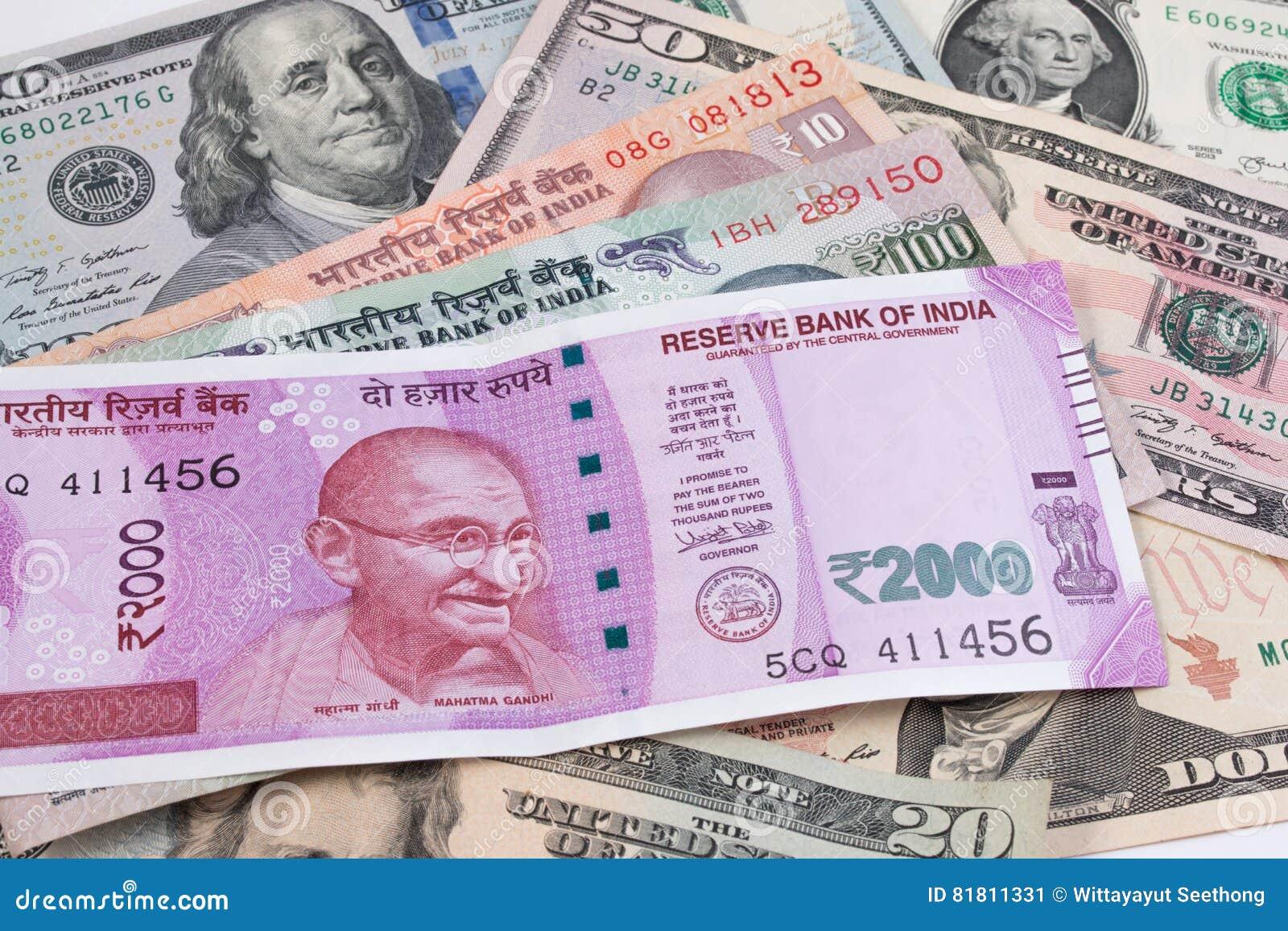 2000 банкнот рупии над банкнотой доллара США