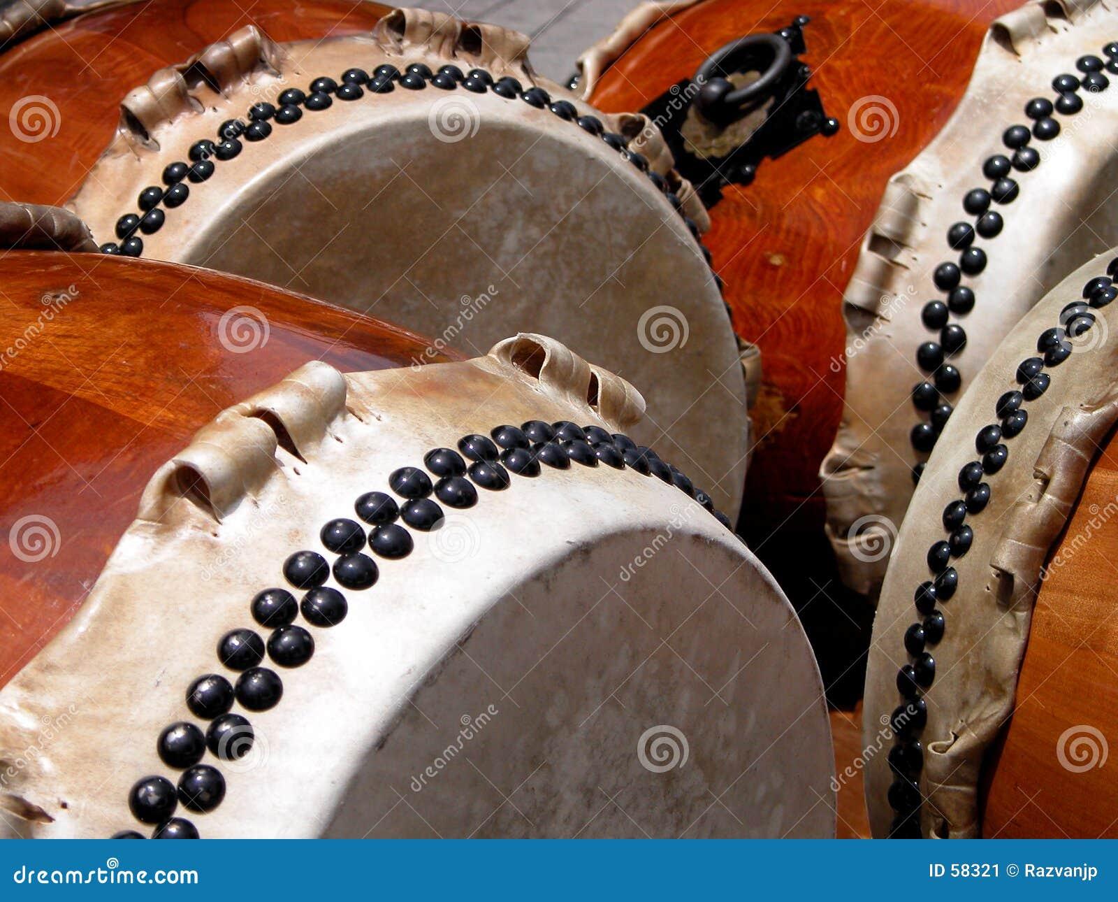барабанит традиционным