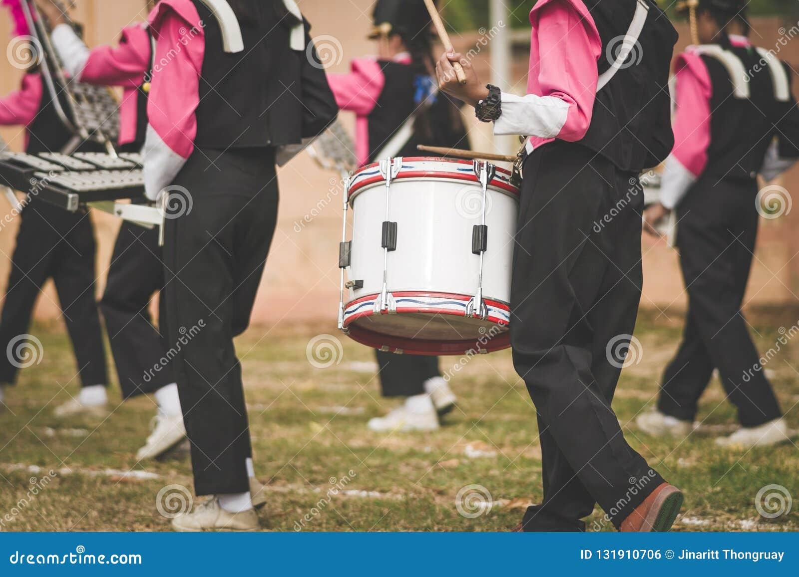 Барабанщики военного оркестра выполняют в школе