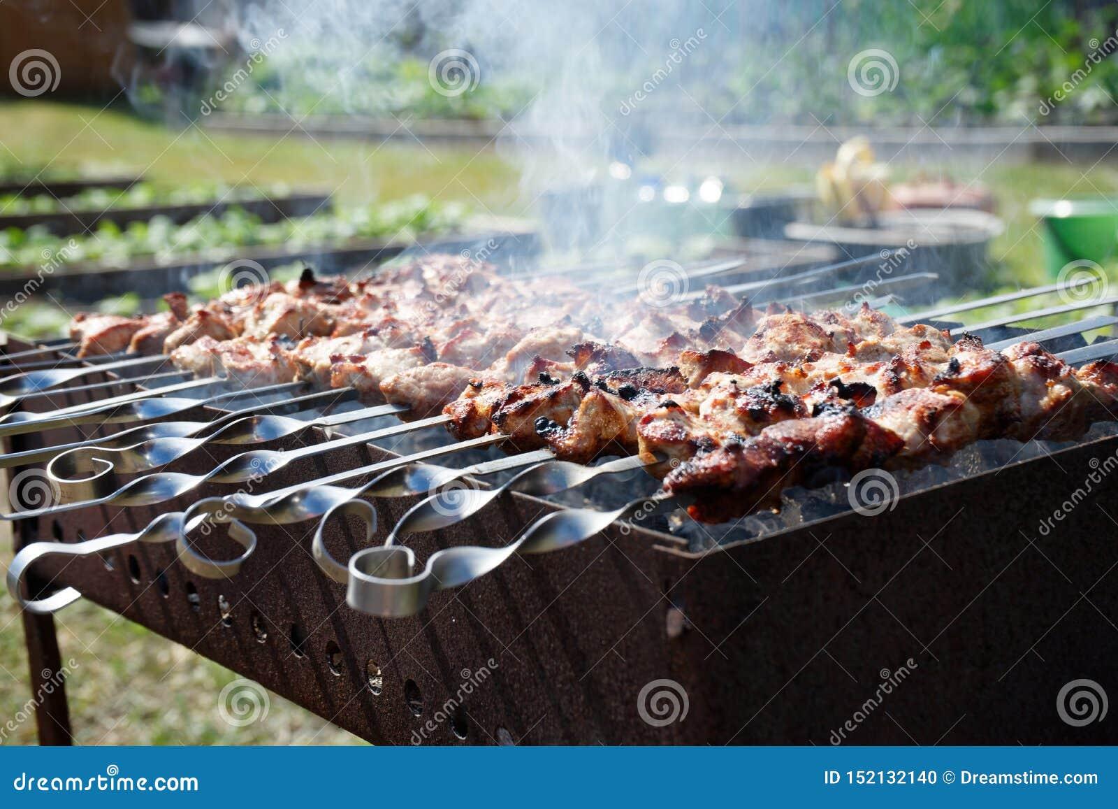 Барбекю с дымом подготовлено на гриле