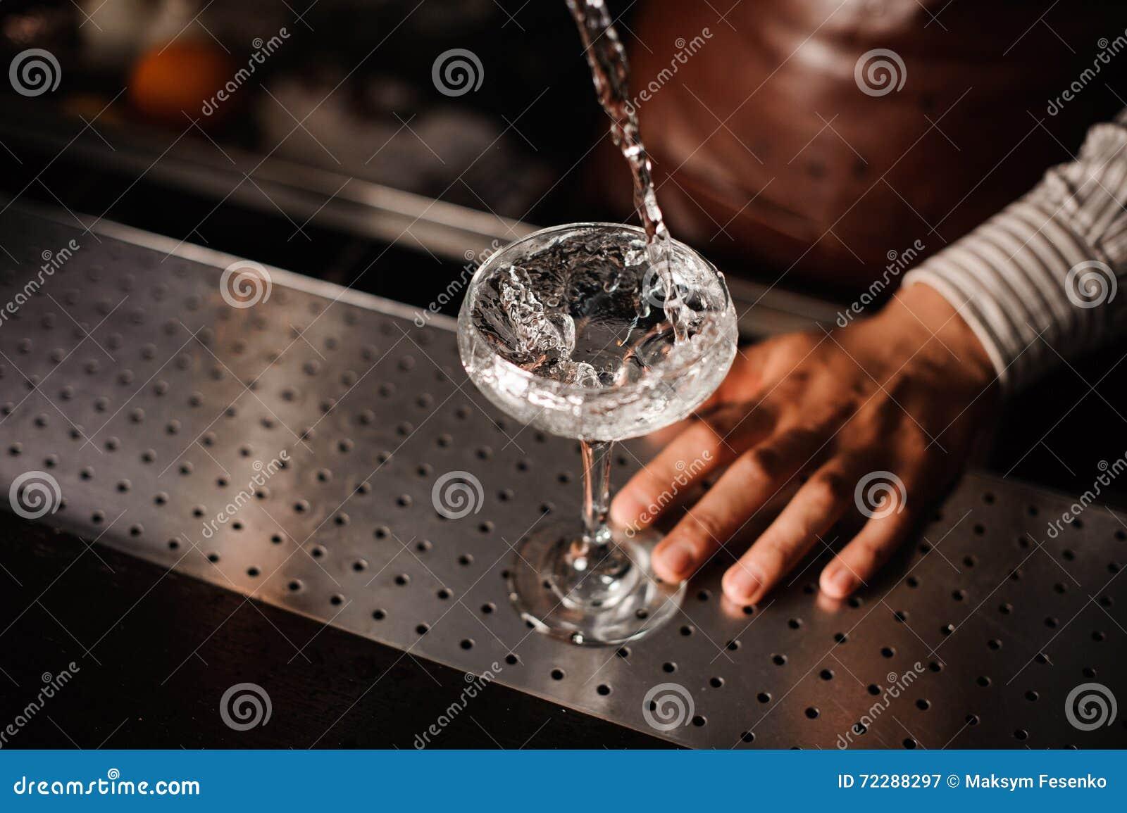 Download Бармен лить в стекло шампанского и делая выплеск Стоковое Изображение - изображение насчитывающей питье, ликвор: 72288297