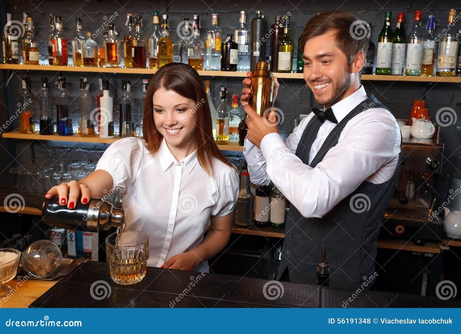 Официантки в трусиках в баре фото 668-268