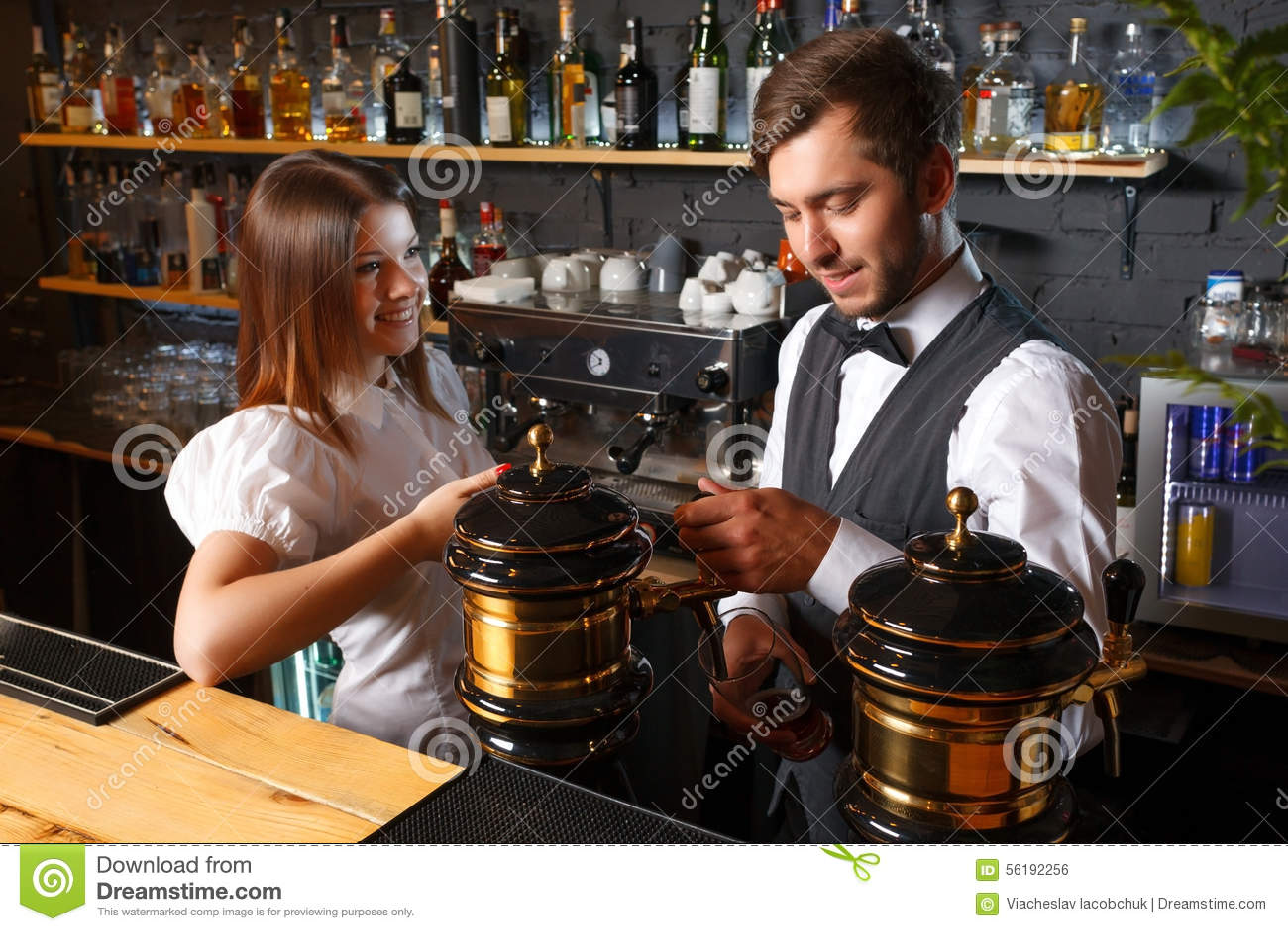Секс официантка и бармен