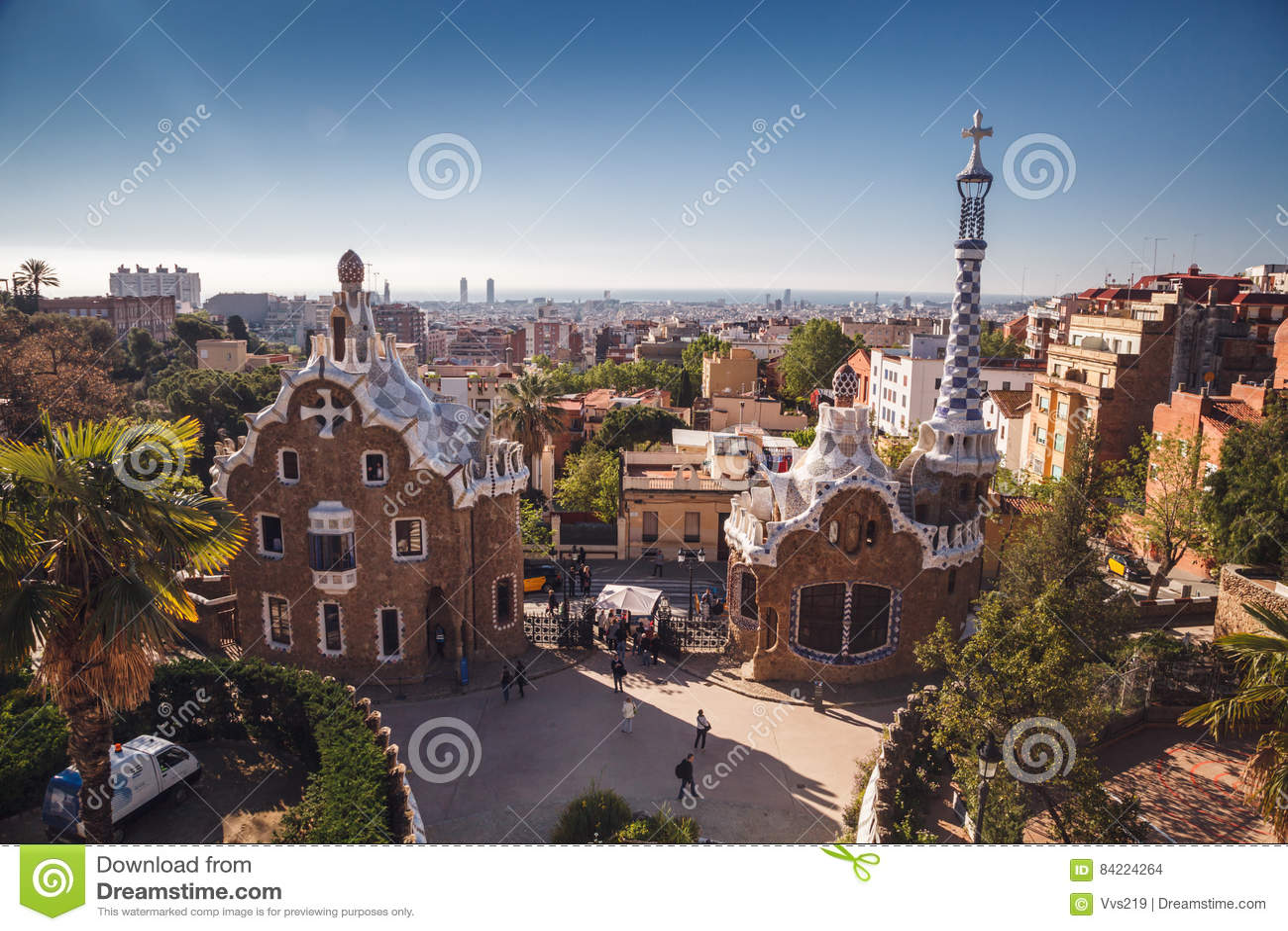 БАРСЕЛОНА, ИСПАНИЯ - 23-ЬЕ АПРЕЛЯ 2016: Парк Guell архитектором Anton