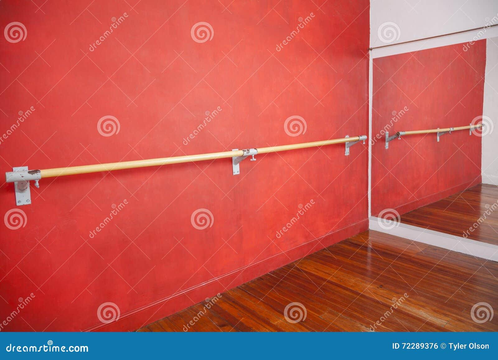 Download Бар балета против красной стены в студии Стоковое Фото - изображение насчитывающей комната, классическо: 72289376