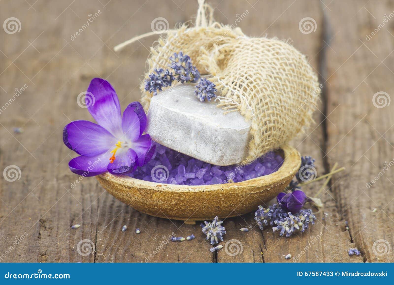 Бар естественного мыла, соли для принятия ванны, высушил лаванду и крокус