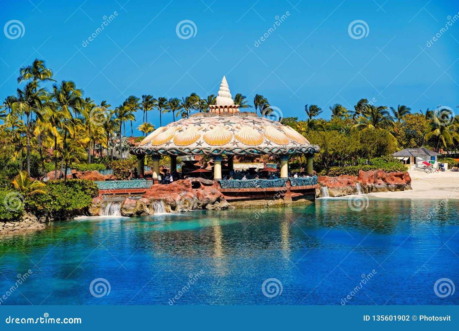 Бар лагуны под акватическим потолком в Нассау, Багамскими островами купола