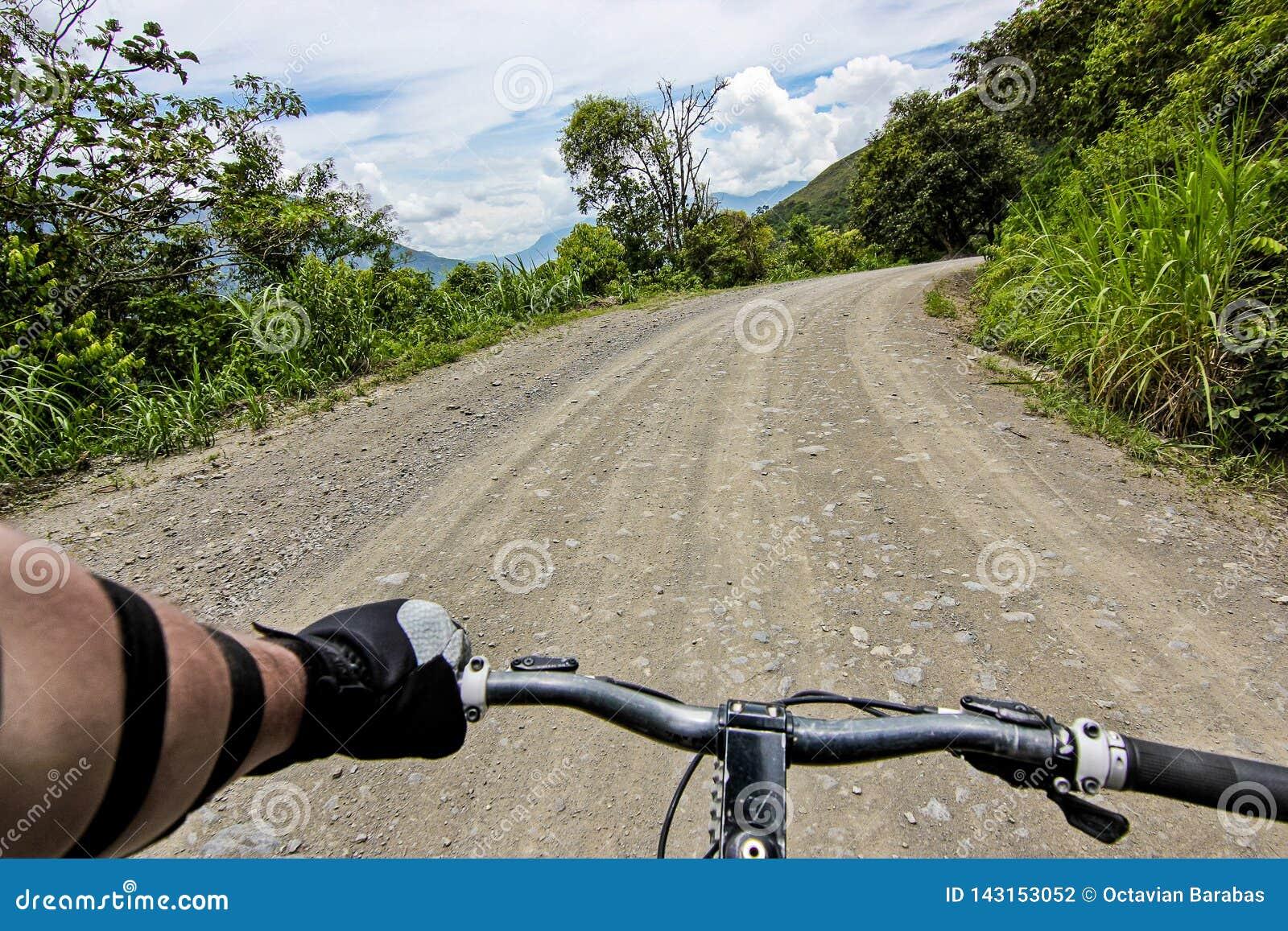 Бар ручки велосипеда на дороге Yungas/POV