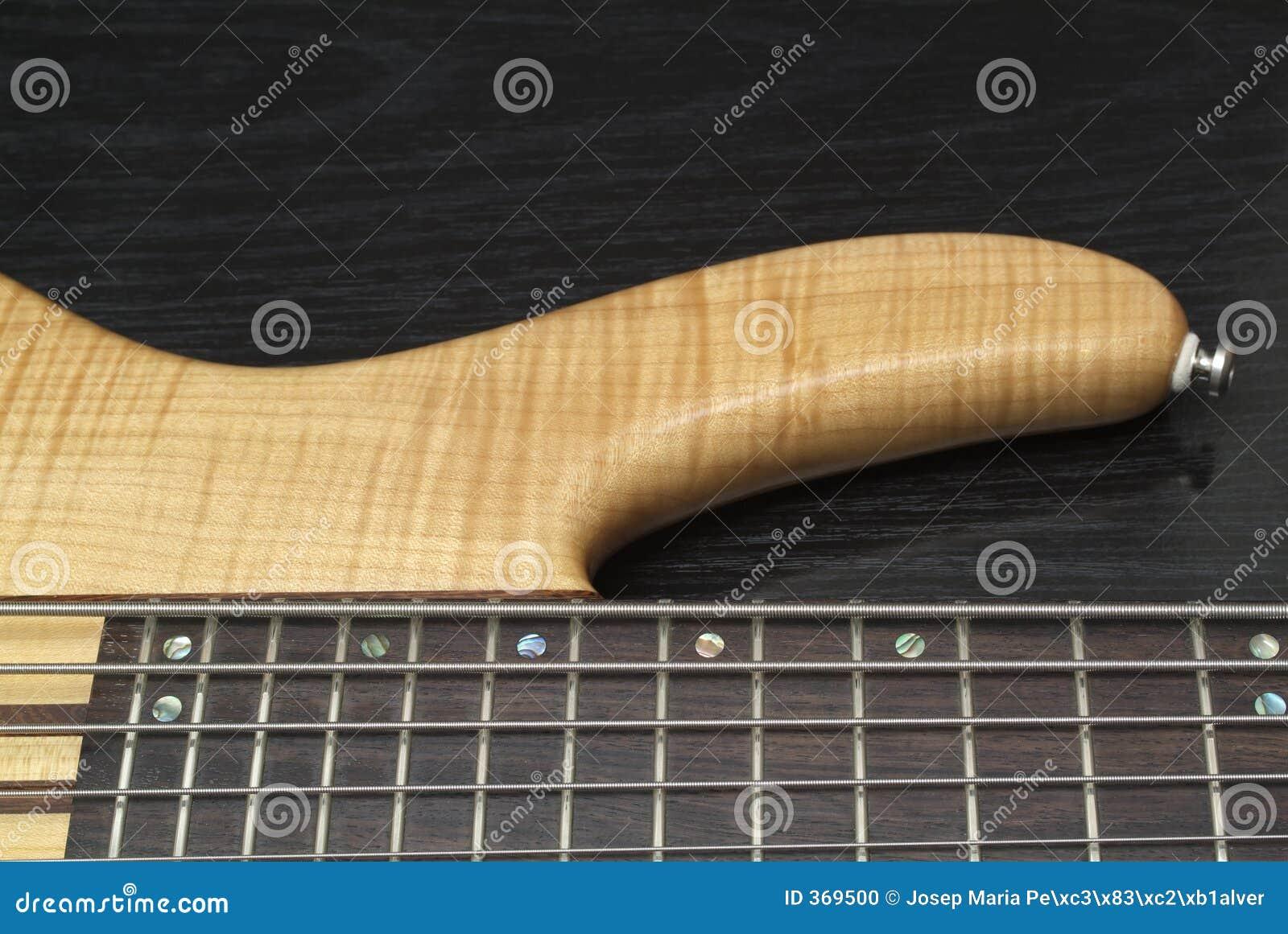 басовая электрическая гитара