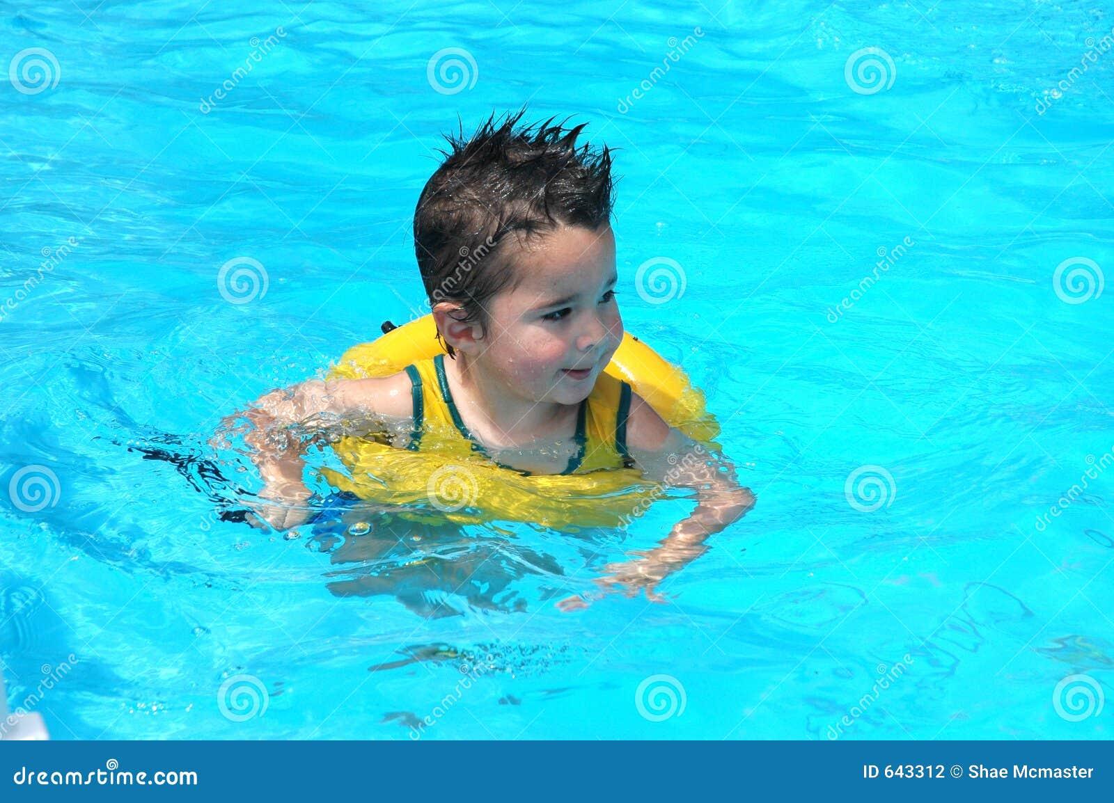 Download бассеин младенца стоковое фото. изображение насчитывающей поплавок - 643312