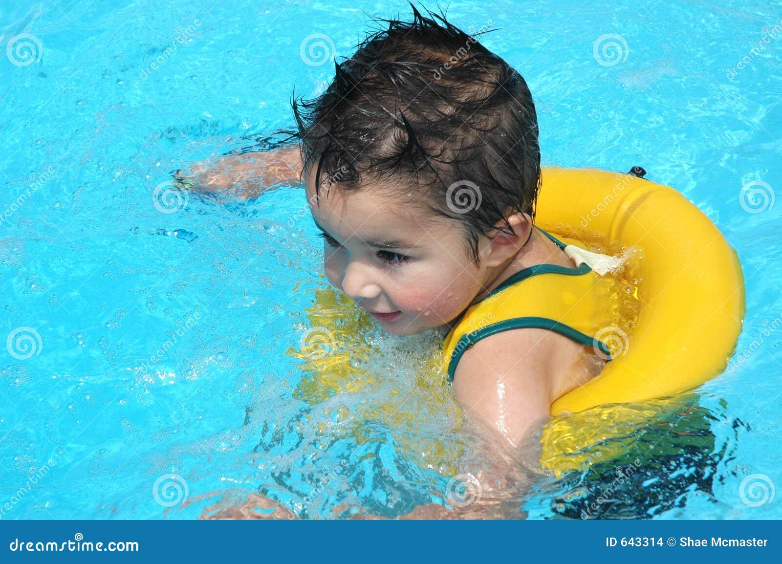 Download бассеин младенца стоковое фото. изображение насчитывающей поплавок - 643314