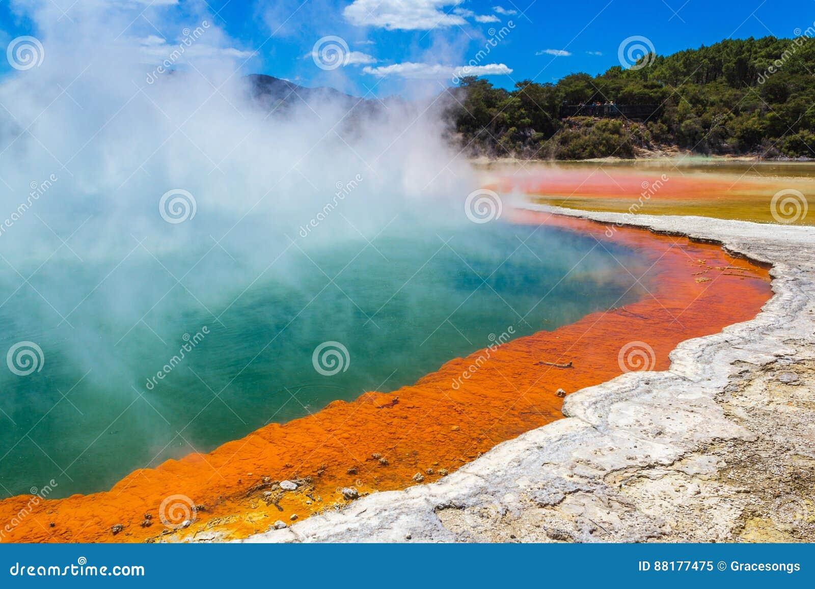 Бассейн Шампани на Wai-O-Tapu или стране чудес Rotorua Новой Зеландии священного †вод «термальной