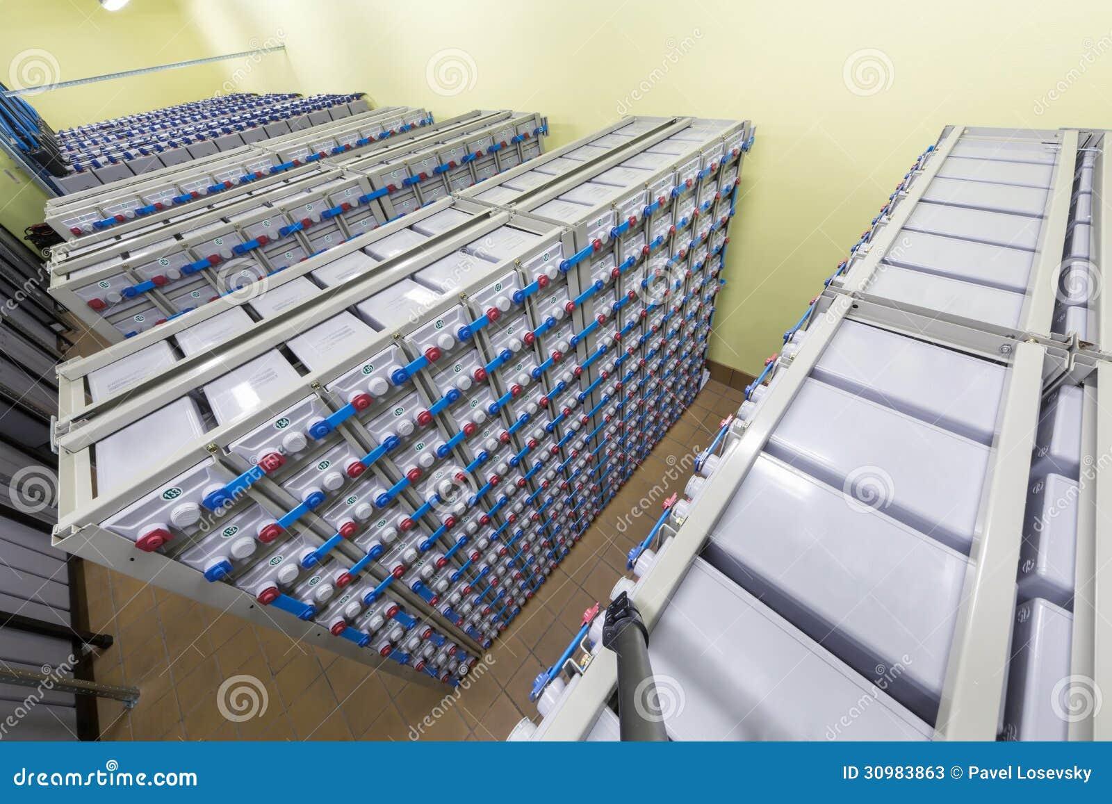 Батареи в промышленной резервной электрической системе.