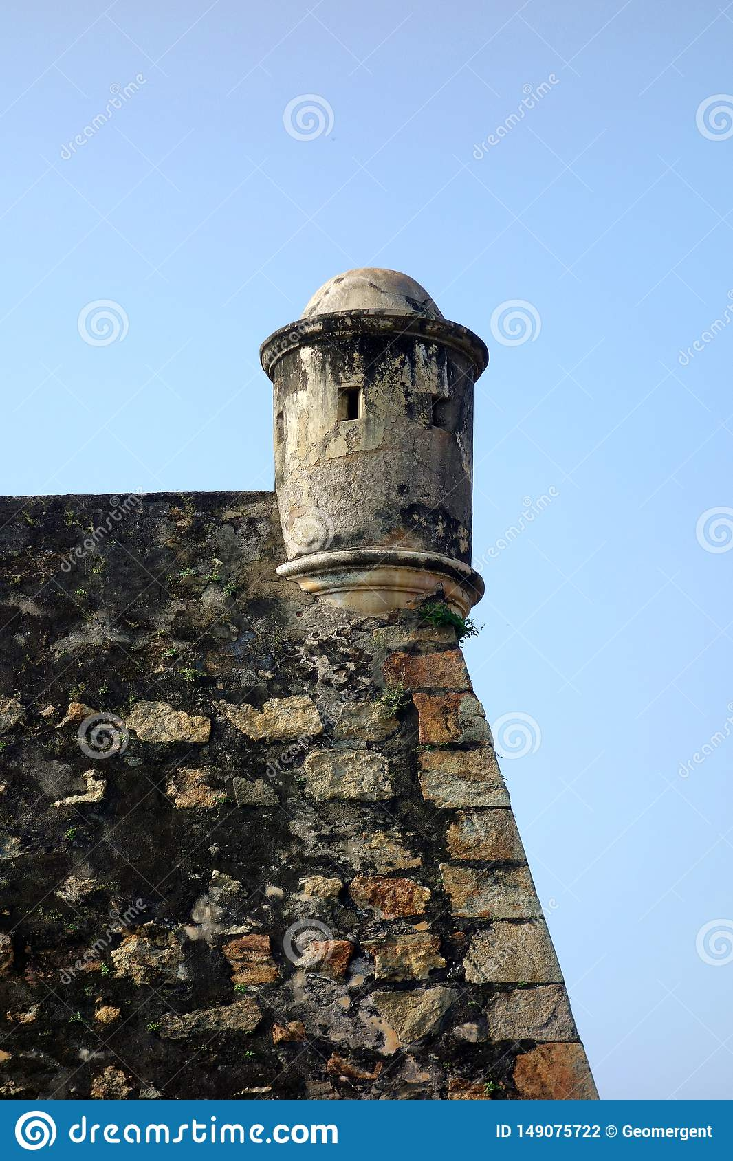 Башенка колониальной крепости круглая каменная
