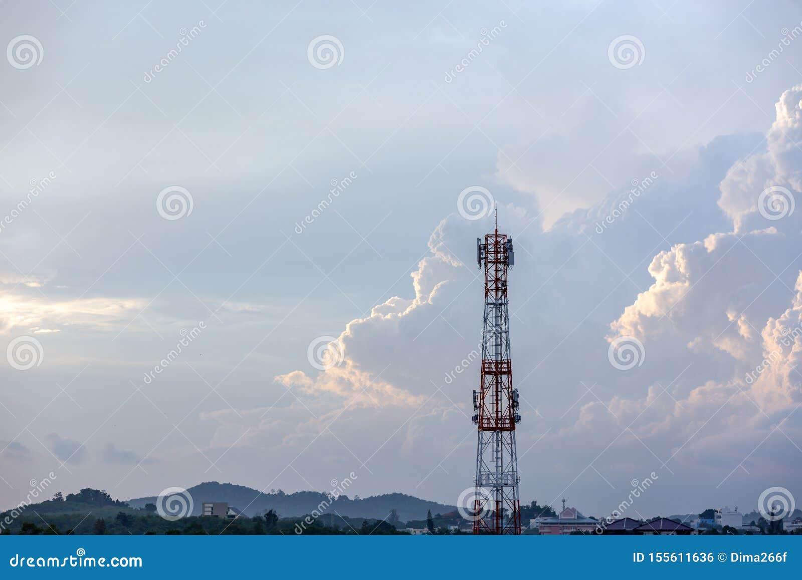 Башня антенны сигнала силуэта на небе восхода солнца