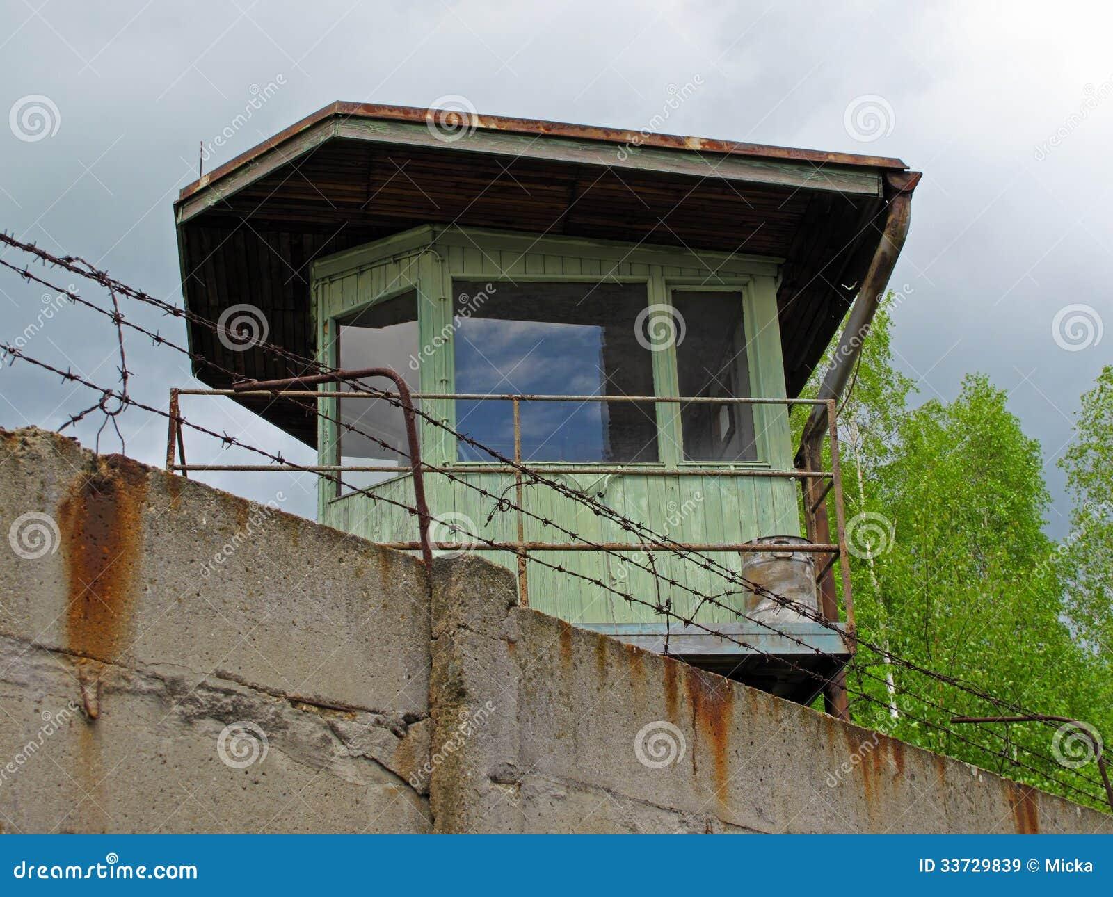 Башня вахты за бетонной стеной