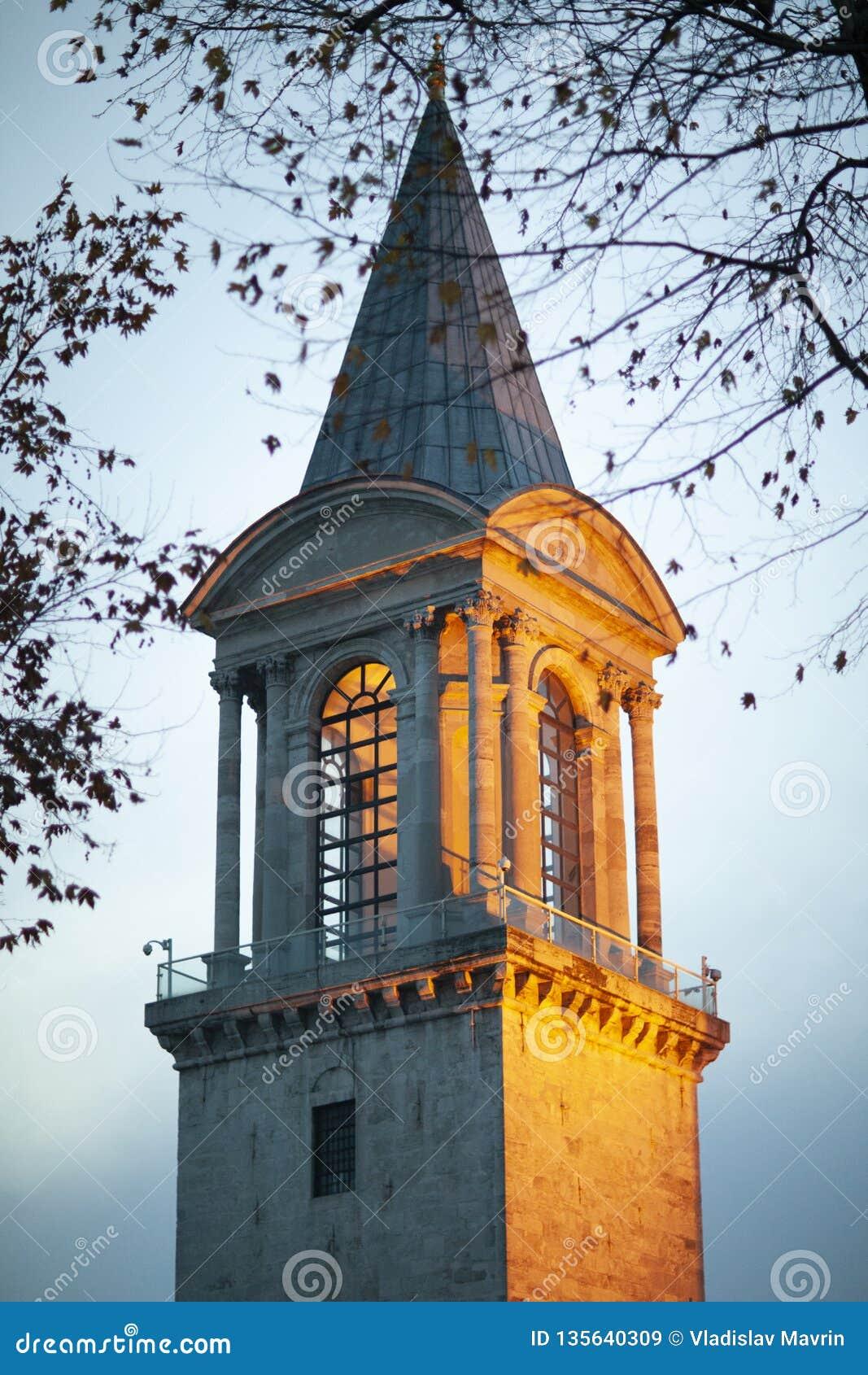 Башня в вечере, Стамбул дворца Топкапы, Турция - декабрь 2014