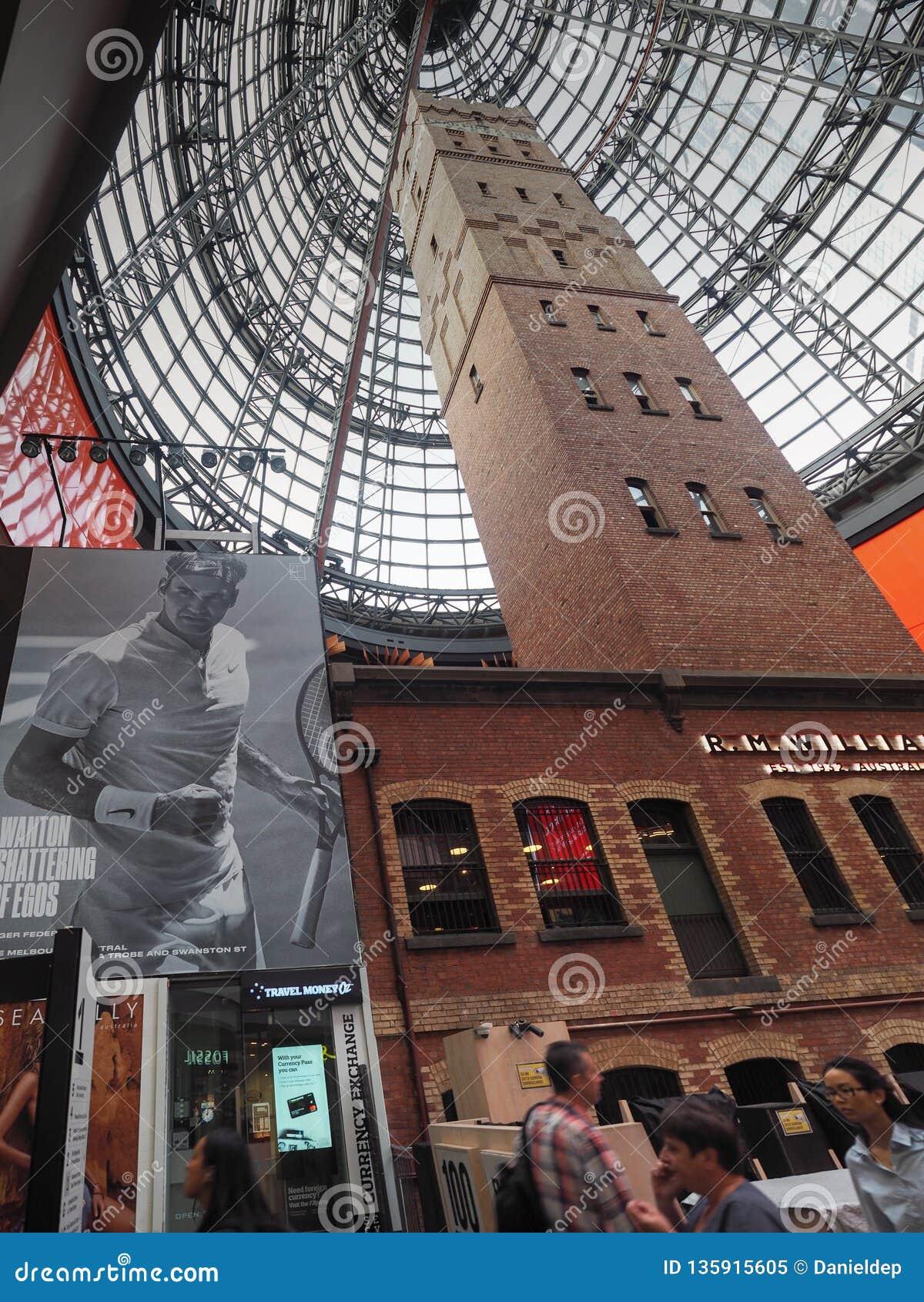 Башня Мельбурна центральная снятая с огромной рекламой Роджер Federer