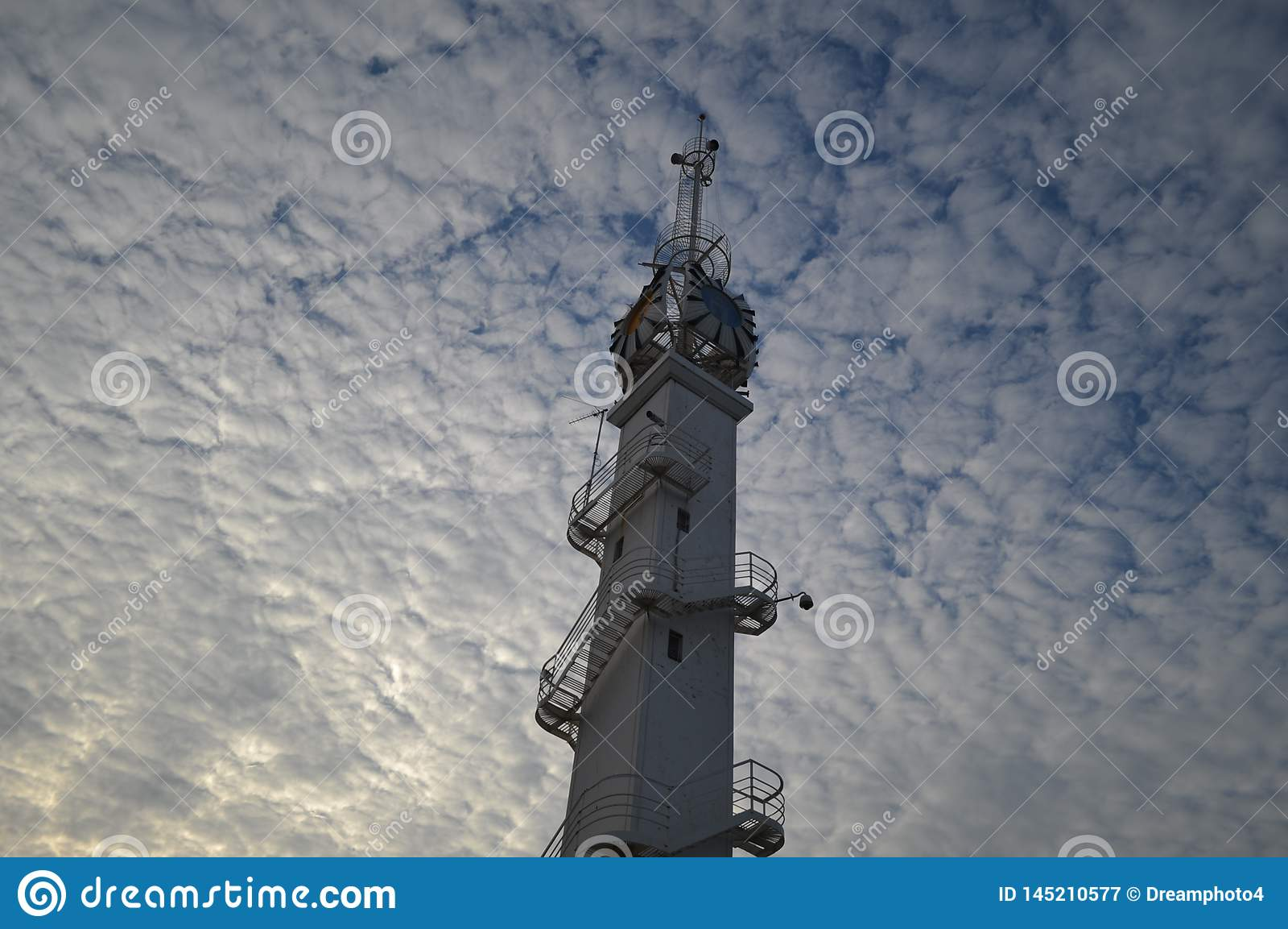Башня на облачном небе