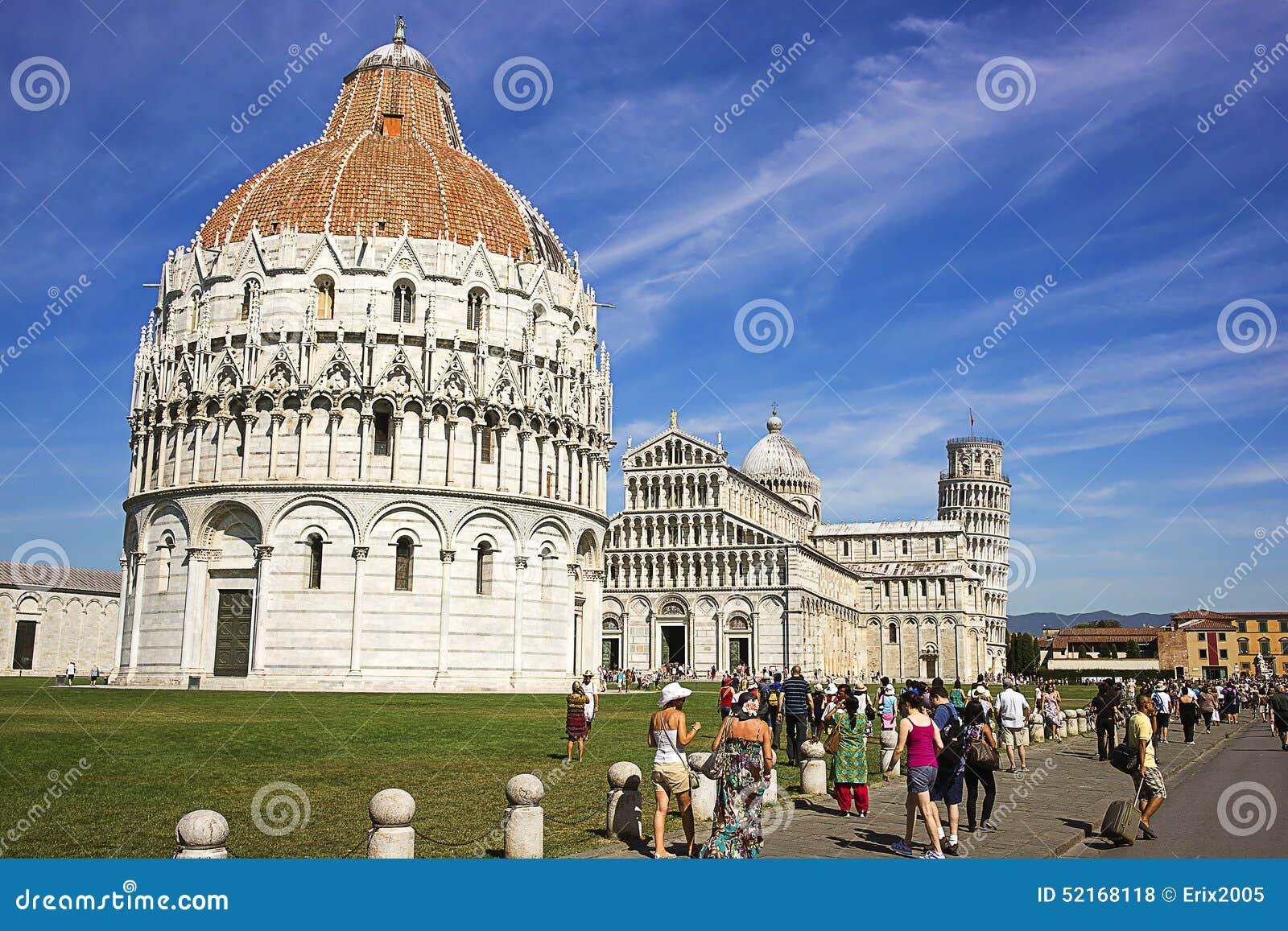 Башня склонности Пизы, баптистерий и собор в Италии в summert