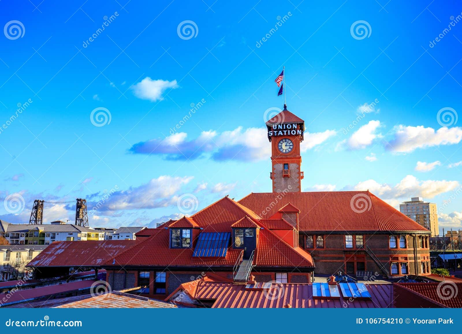 Башня с часами здания транспорта поезда станции соединения сложная