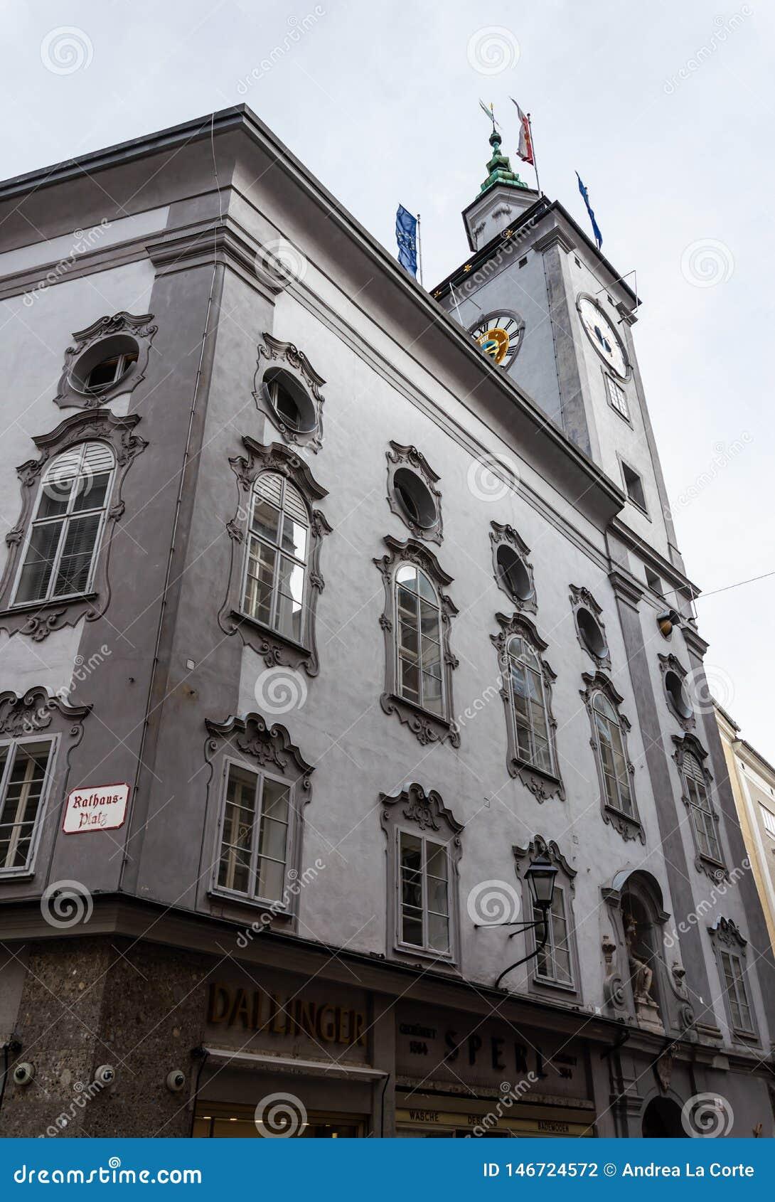 Башня с часами ратуши города Зальцбурга увиденная с улиц Зальцбурга