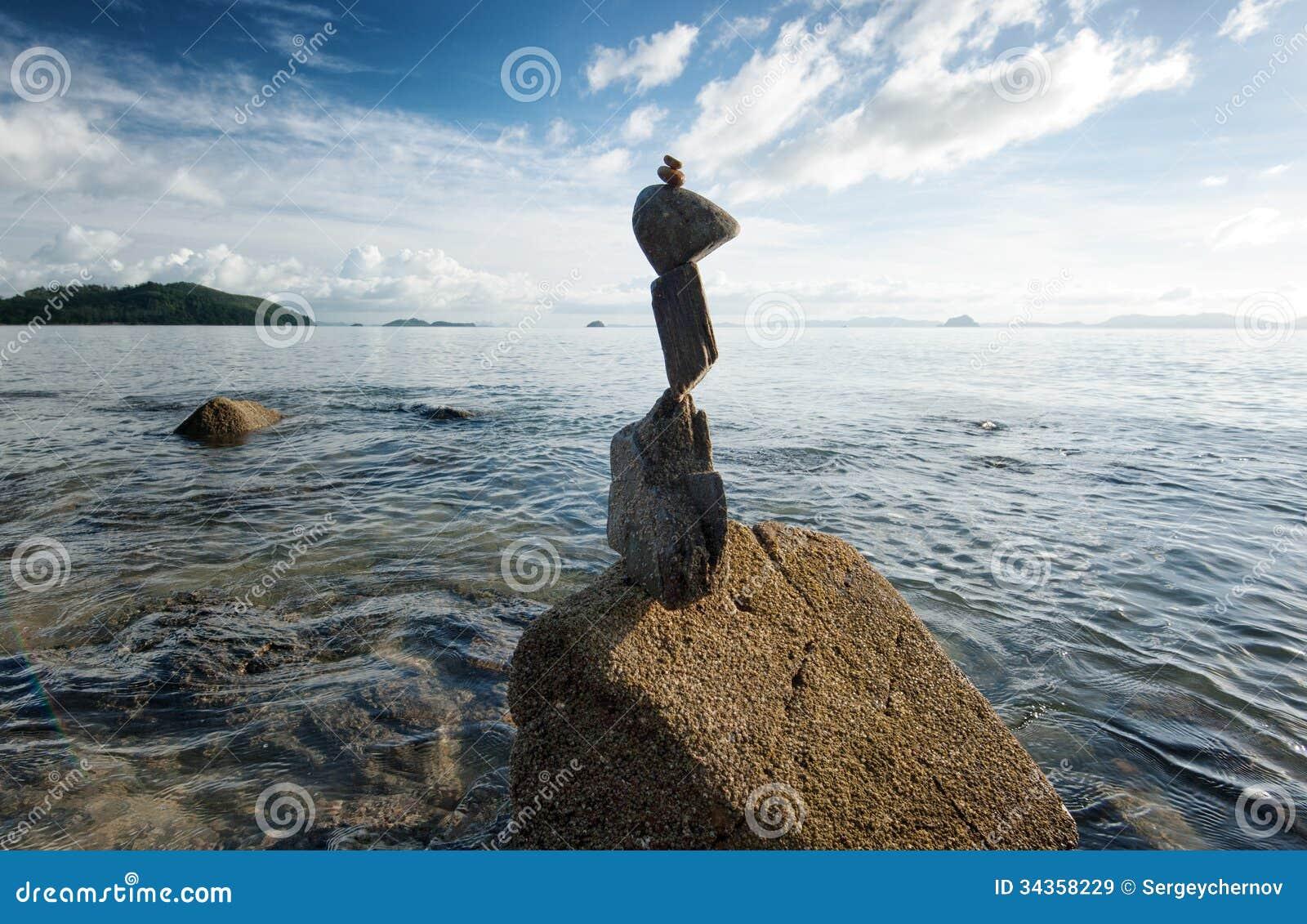 Башня утеса Дзэн на цене моря