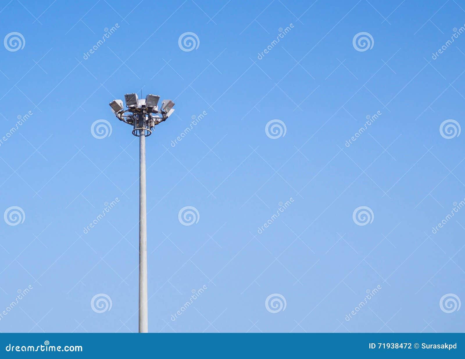 Башня фонарного столба с ясным голубым небом